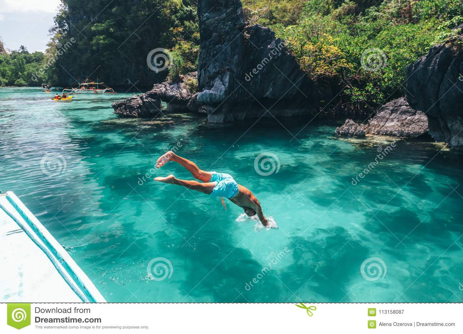 Equipe o salto na água do mar clara em Ásia