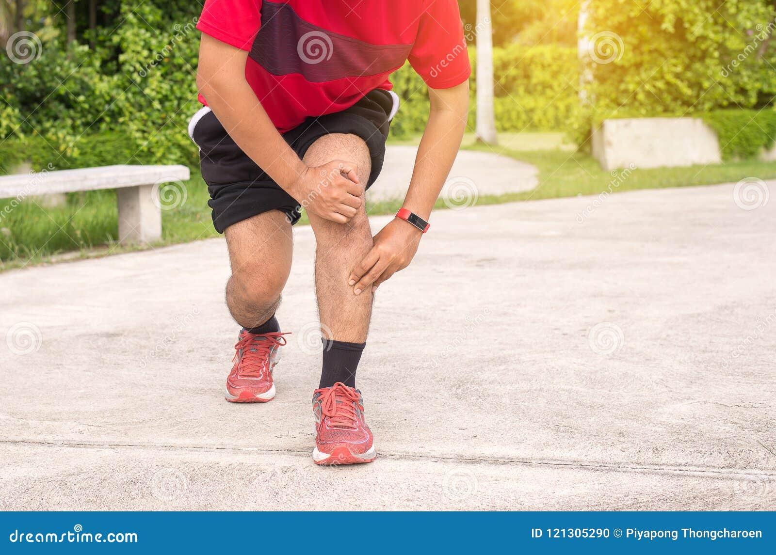 Equipe o sofrimento da dor em ferimento de pé após movimentar-se de corrida do exercício do esporte e malhar