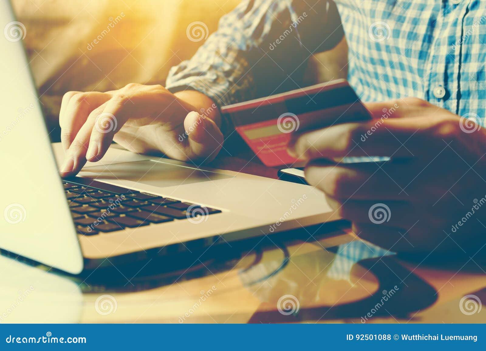 Equipe o teclado de datilografia do portátil e guardar o cartão de crédito com s em linha