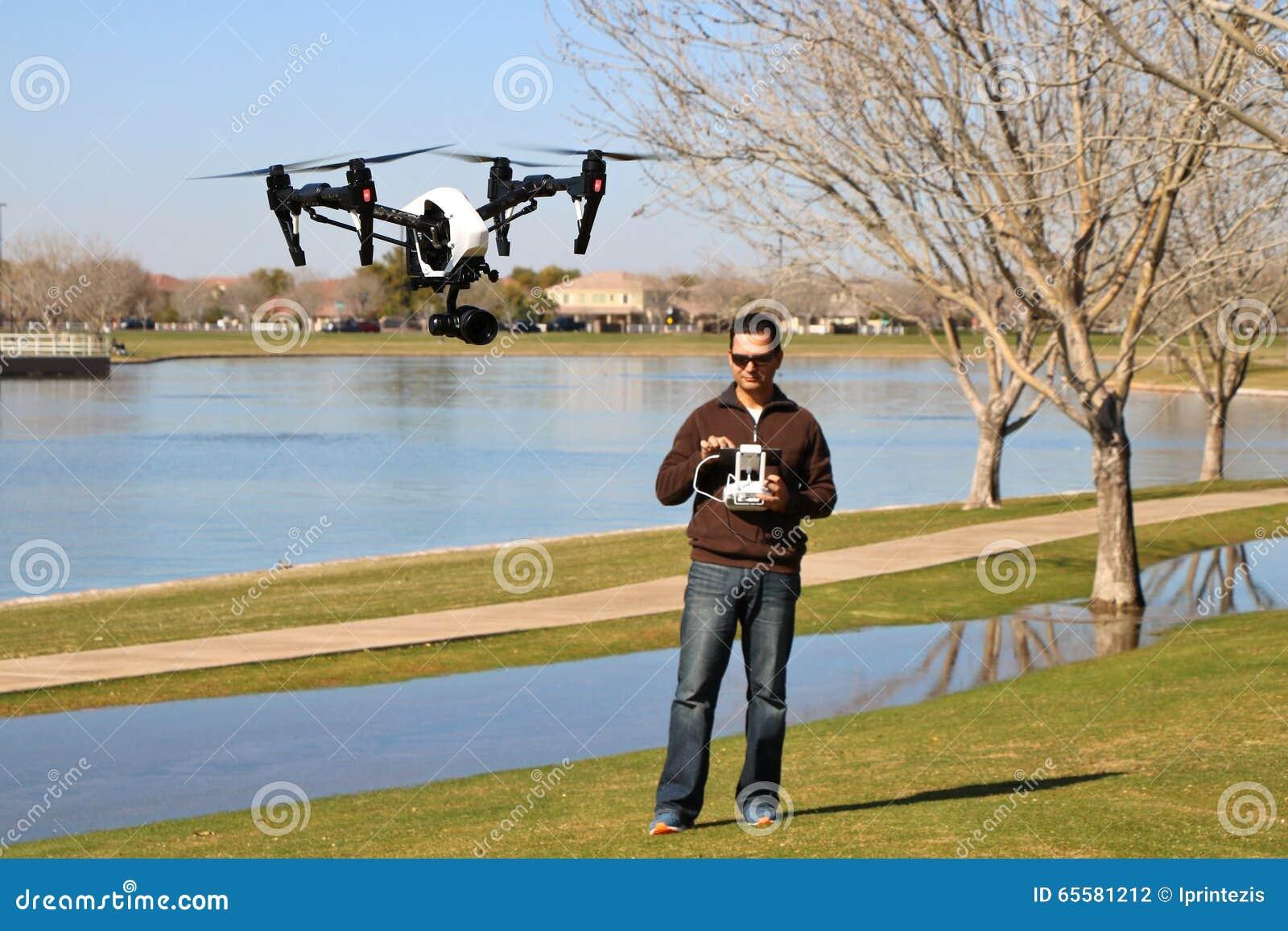 Equipe o voo de uma elevação - zangão da câmera da tecnologia