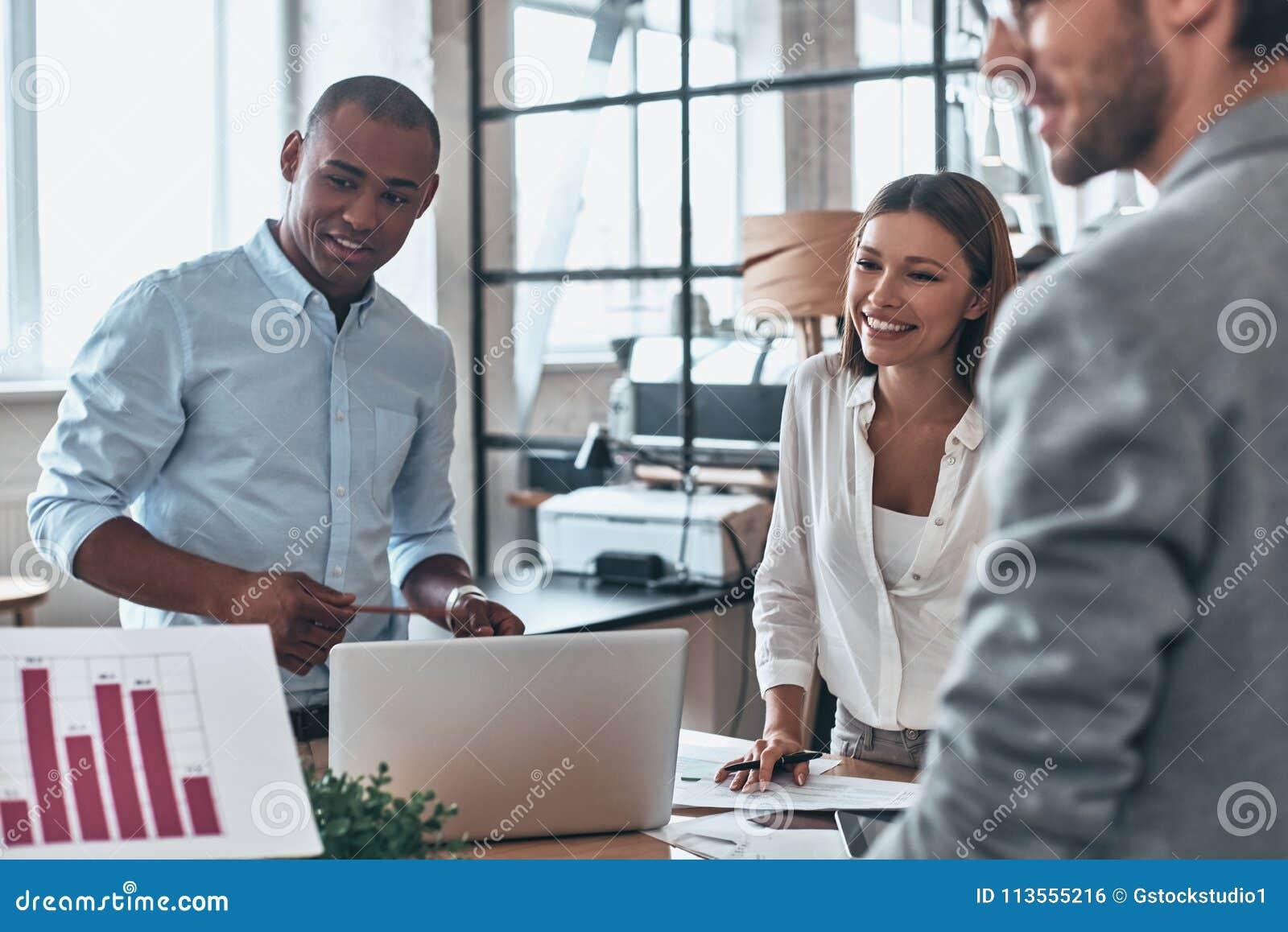 Equipe que trabalha junto Grupo de povos modernos novos no cas esperto