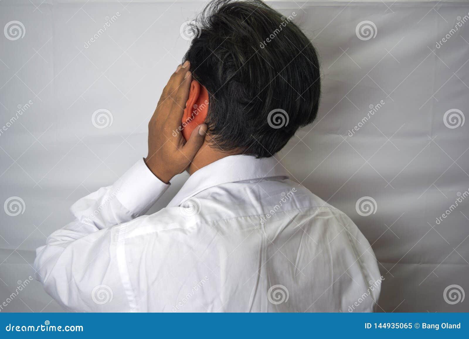 Equipe ter a dor de orelha que toca em sua orelha inflamada dolorosa isolada no fundo branco