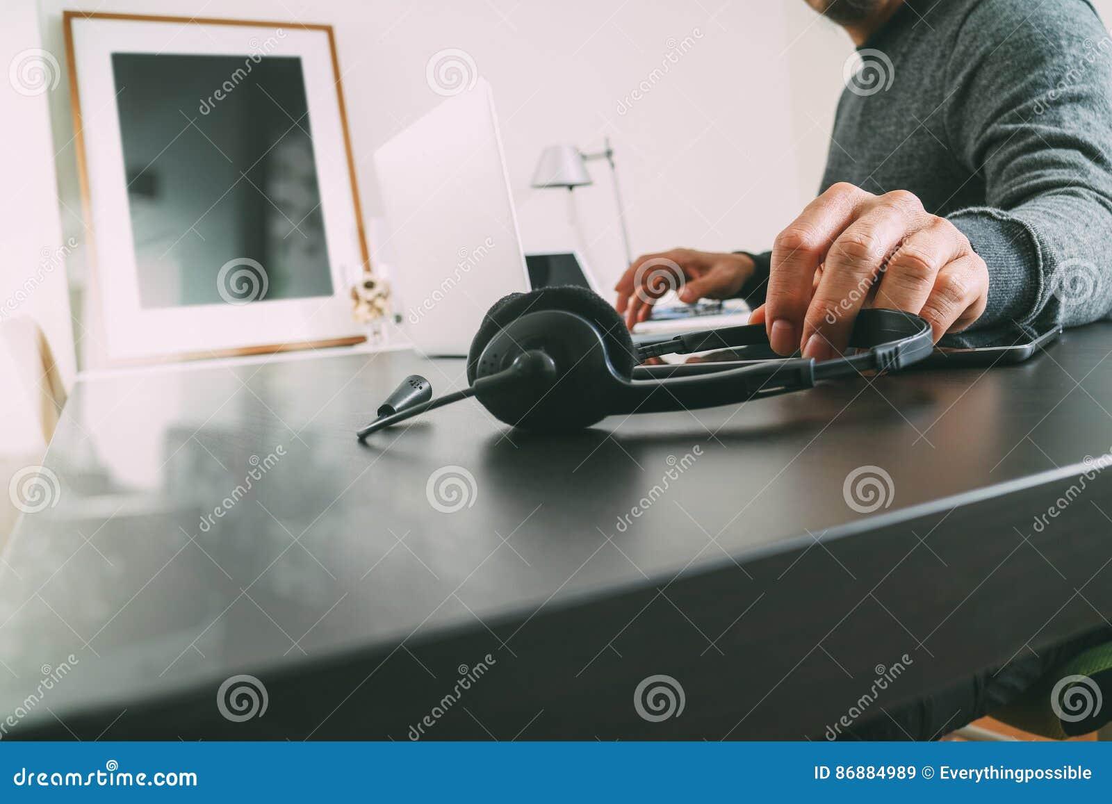 equipe usando auriculares de voip com o computador do latop na mesa