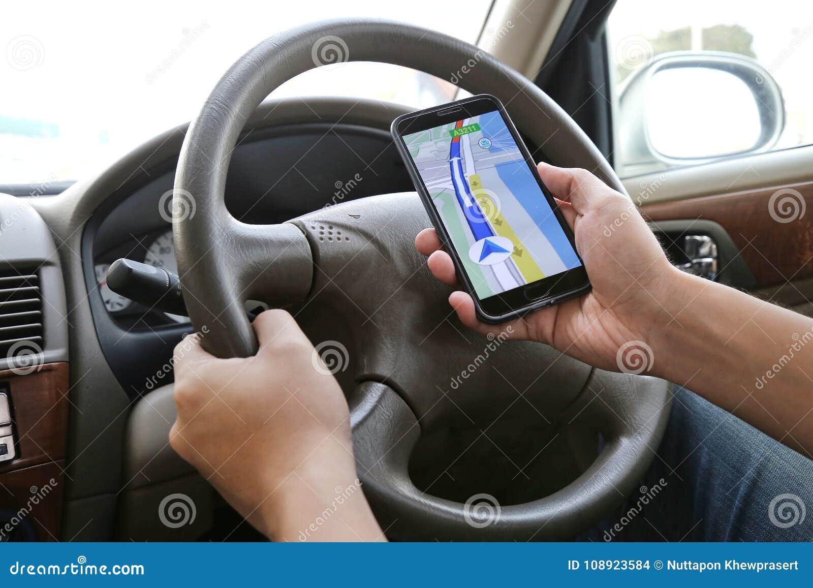 Equipe usando seu telefone celular para navegar com aplicação do mapa ao conduzir Excitador perigoso o