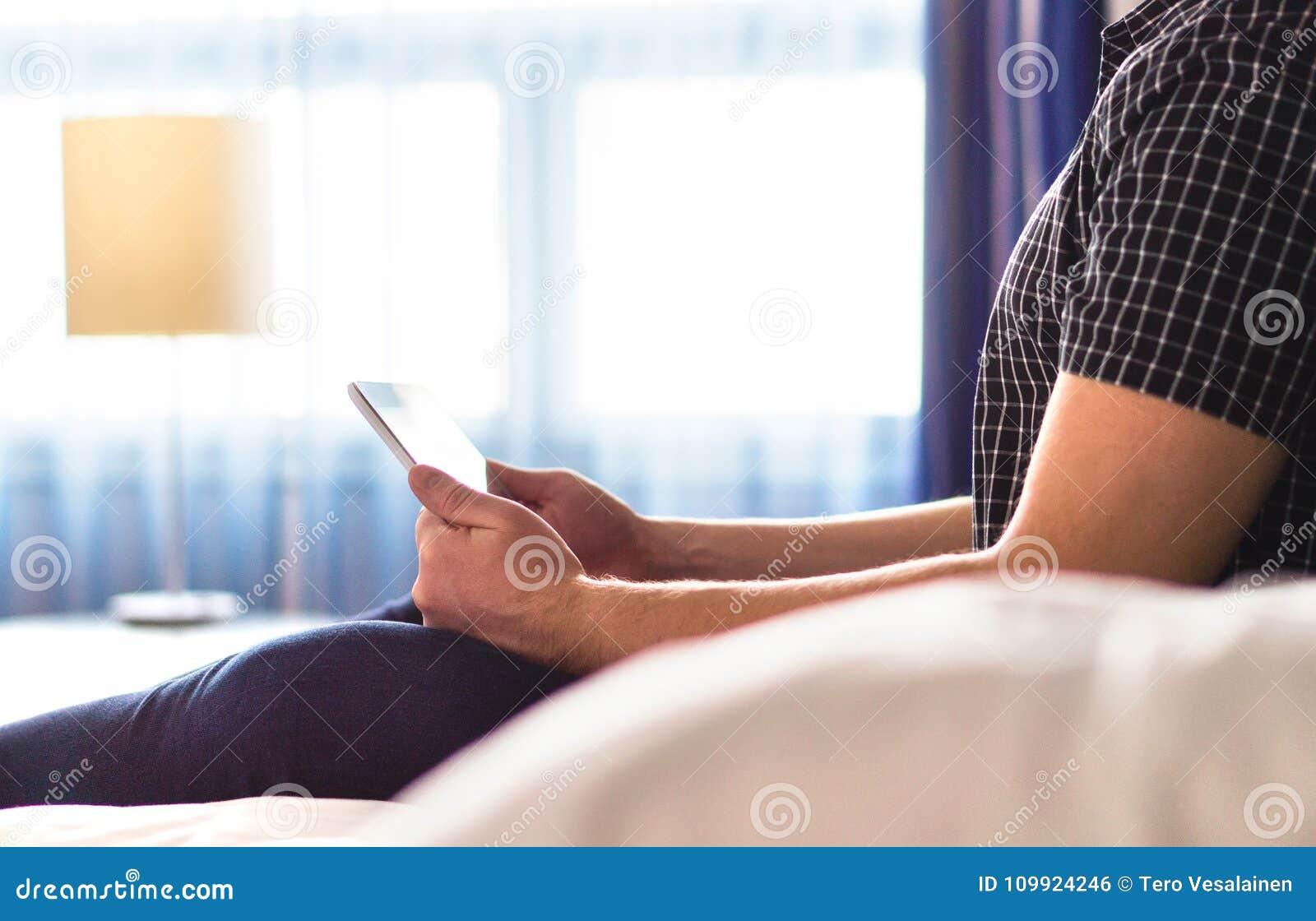 Equipe usando a tabuleta, lendo a notícia em linha ou o livro eletrônico na casa