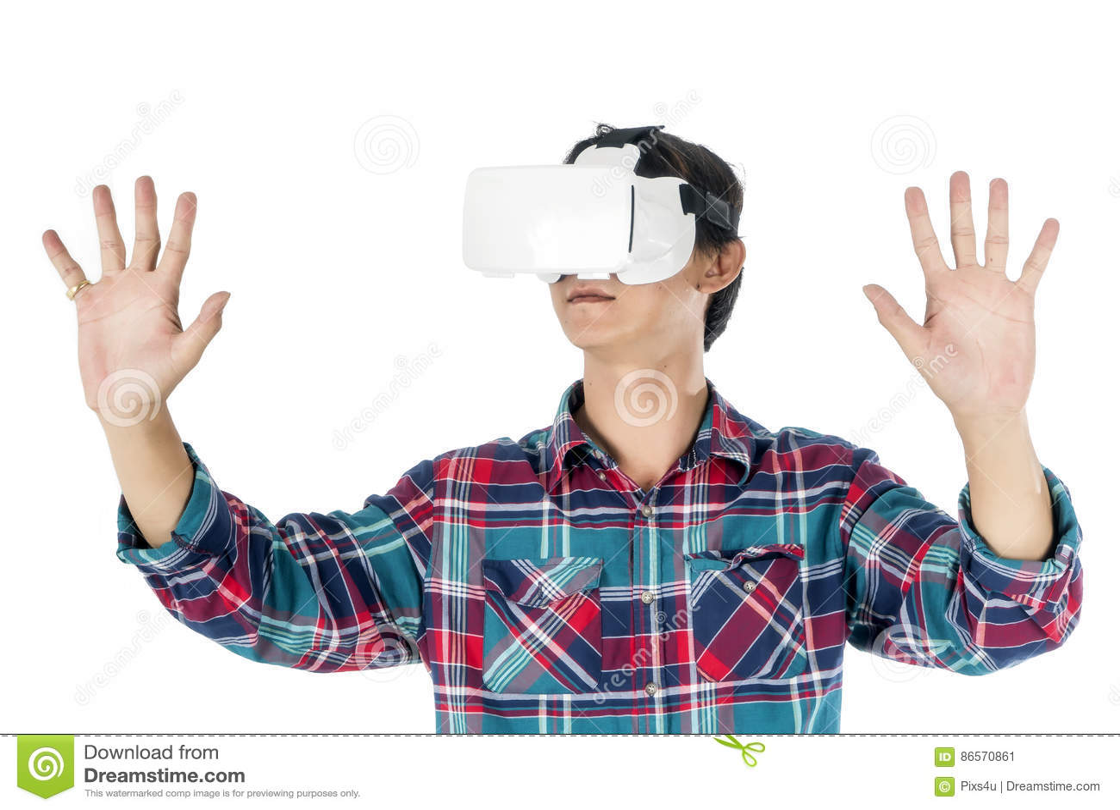 Equipe usando uns auriculares de VR e experimentando a realidade virtual