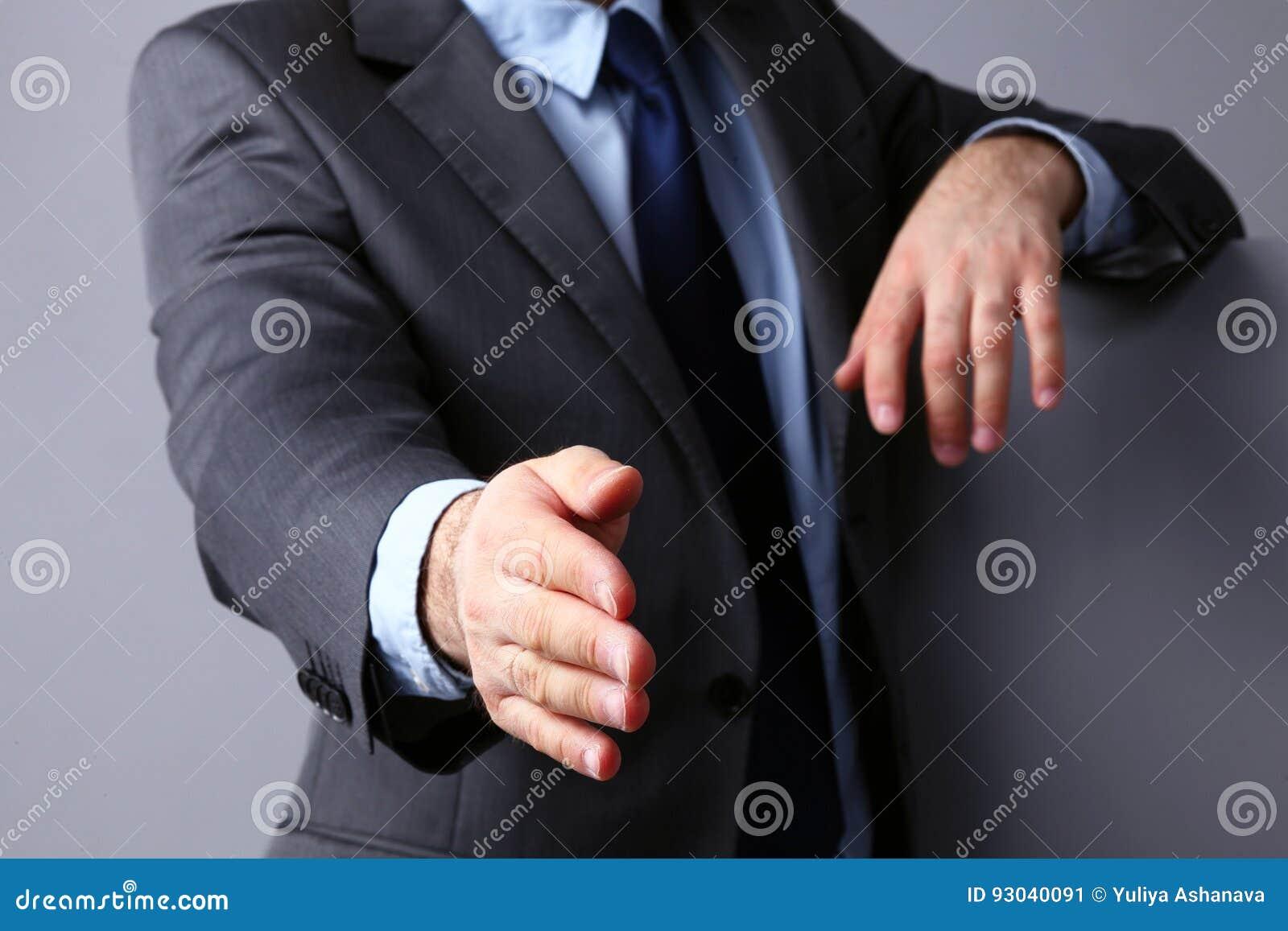 Equipe vestir um terno que oferece agitar as mãos