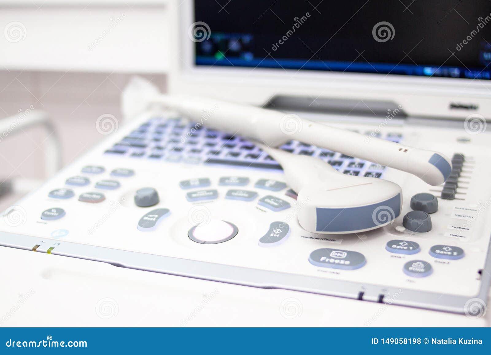 Equipmentin do varredor do ultrassom do close up no hospital da clínica Conceito dos diagnósticos, da ecografia e da saúde Copysp