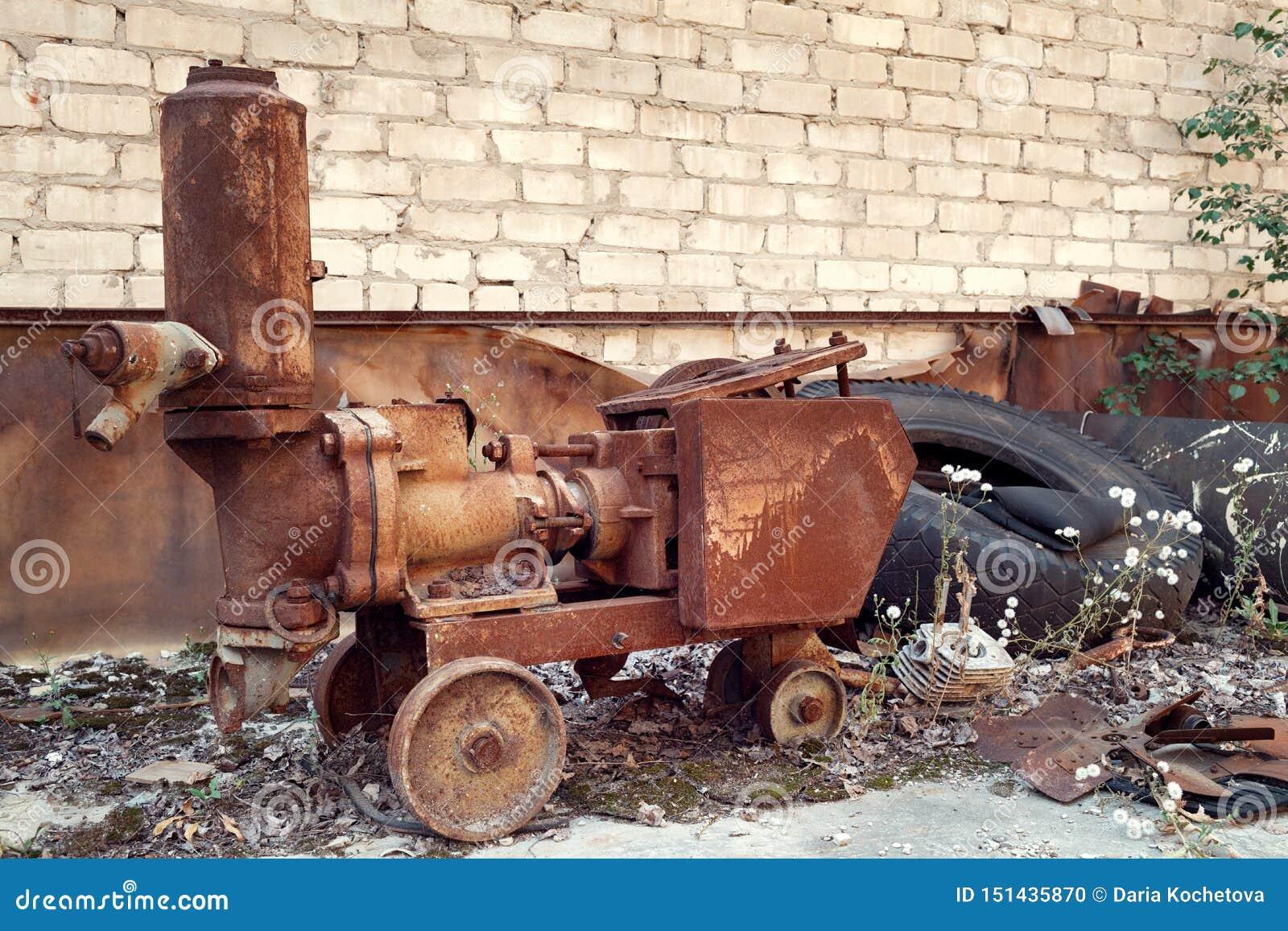 Equipo abandonado oxidado en la ciudad militar de Chernobyl-2