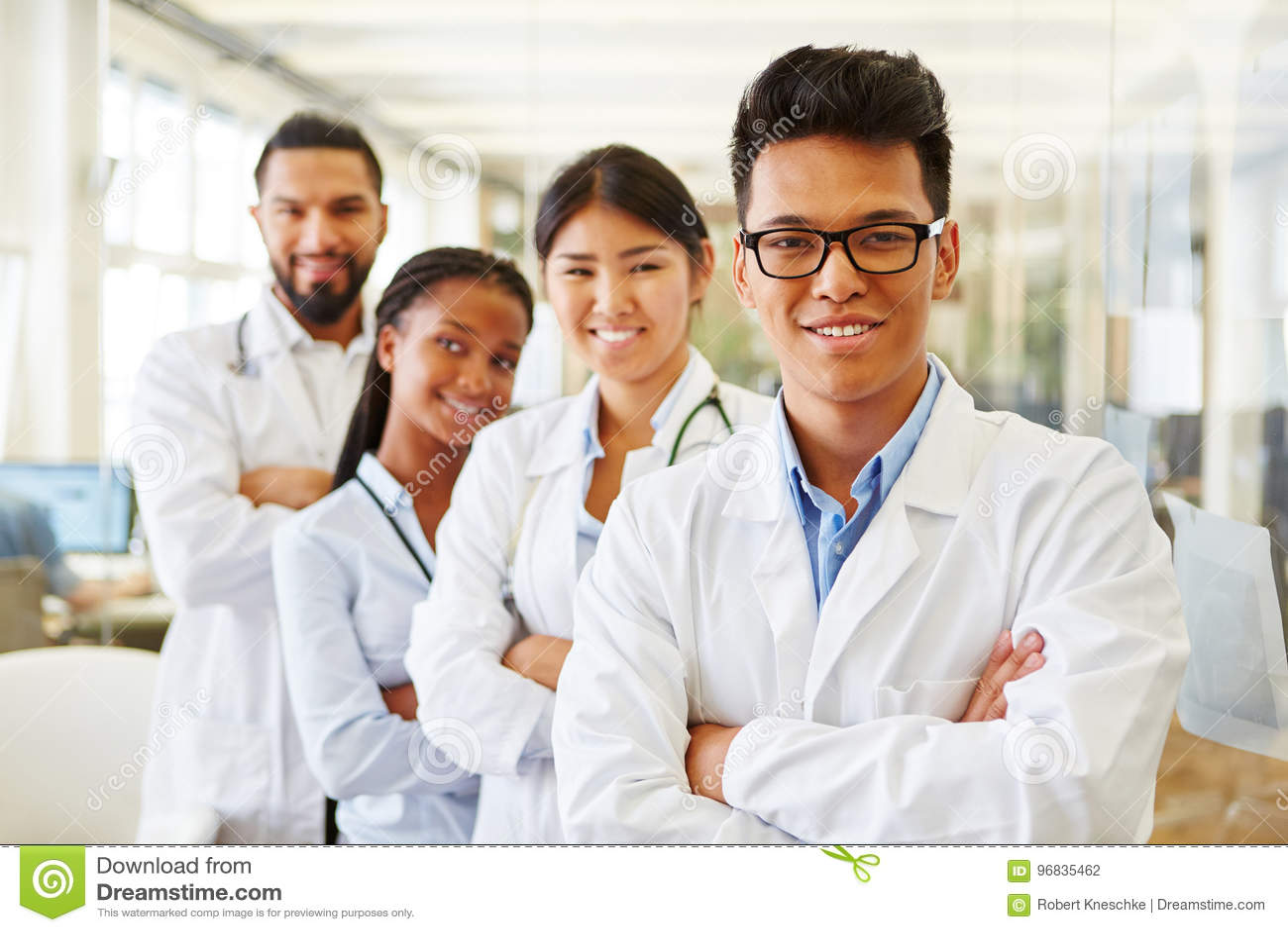 Equipo acertado de doctores y de estudiantes jovenes