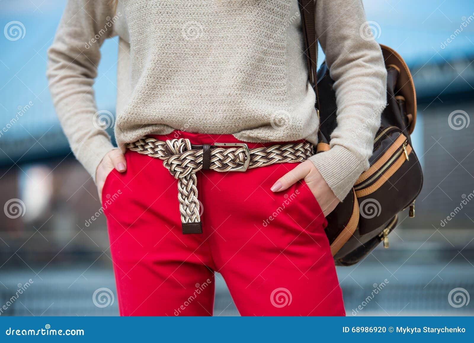 Equipo casual de moda de la primavera del ` s de las mujeres con los pantalones rojos, la rebeca, la correa moderna y el bolso