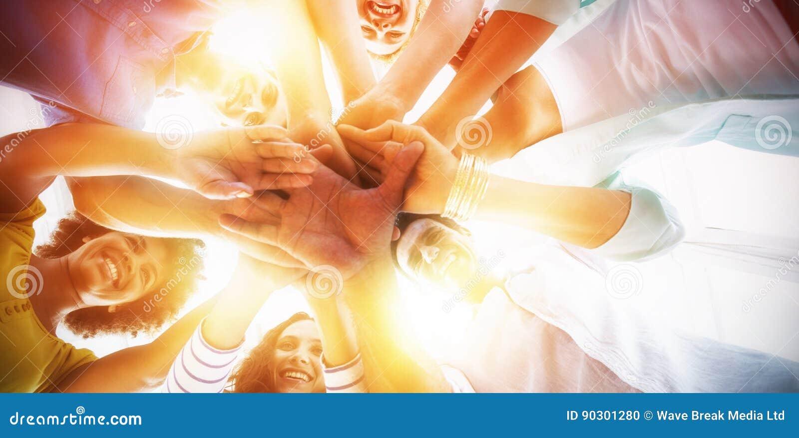 Equipo creativo que pone sus manos juntas