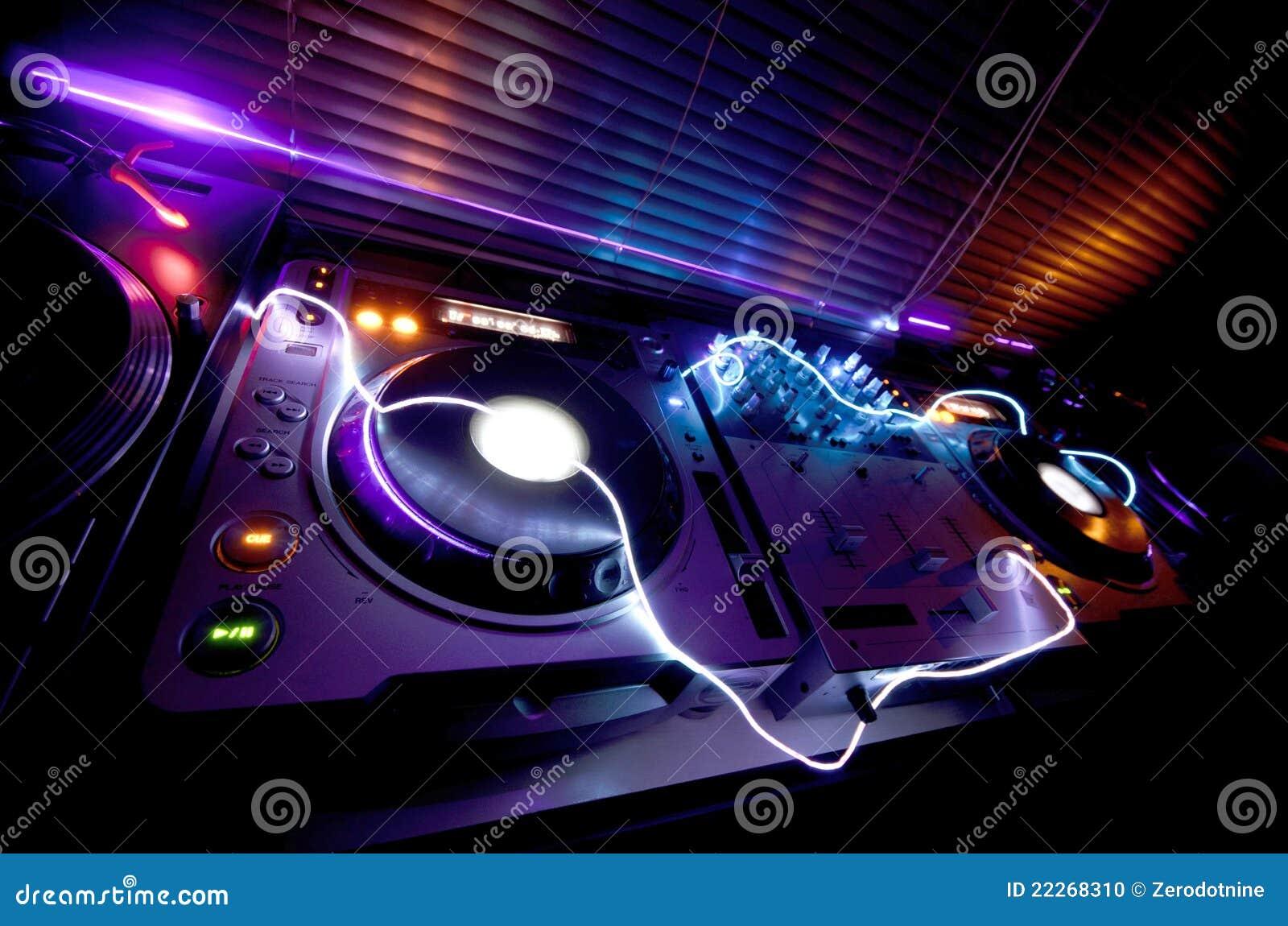 Equipo de DJ que brilla intensamente