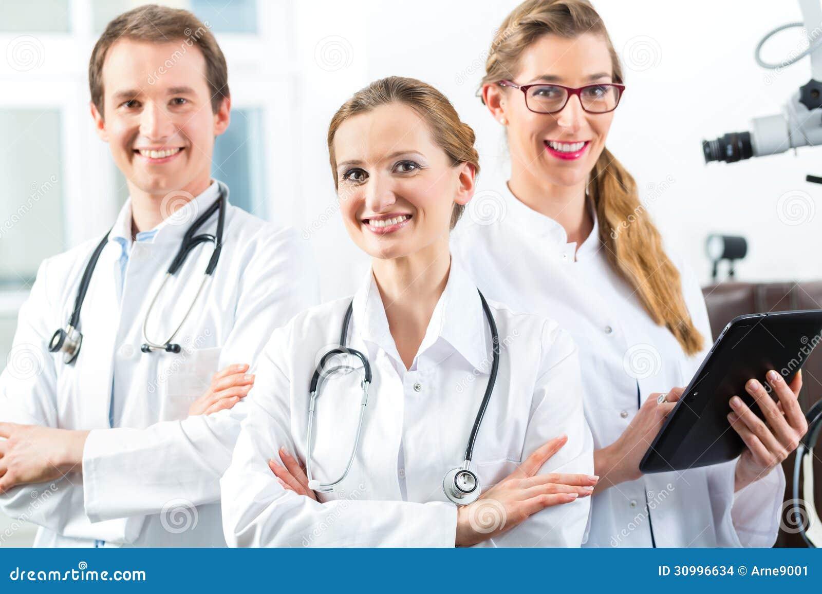 equipo de doctores jovenes en clínica con el ordenador de la tableta