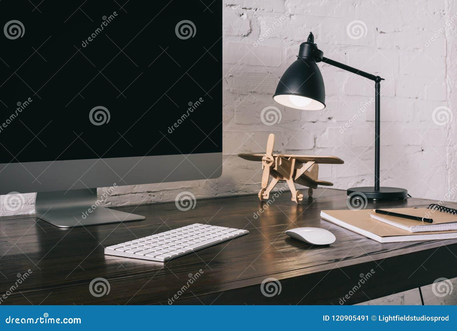 Equipo de escritorio con la pantalla en blanco y el modelo plano de madera