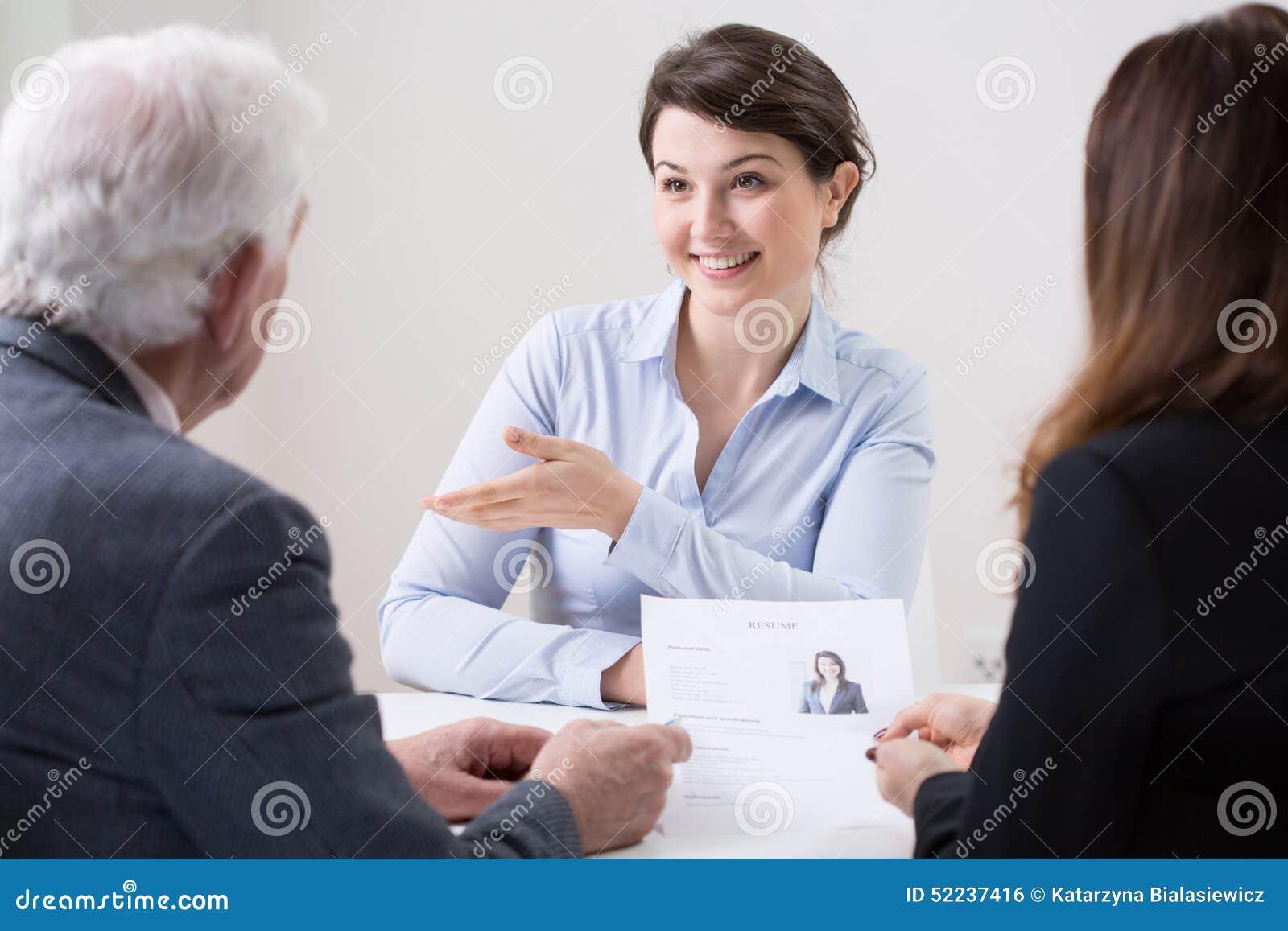 Equipo de los recursos humanos durante entrevista de trabajo