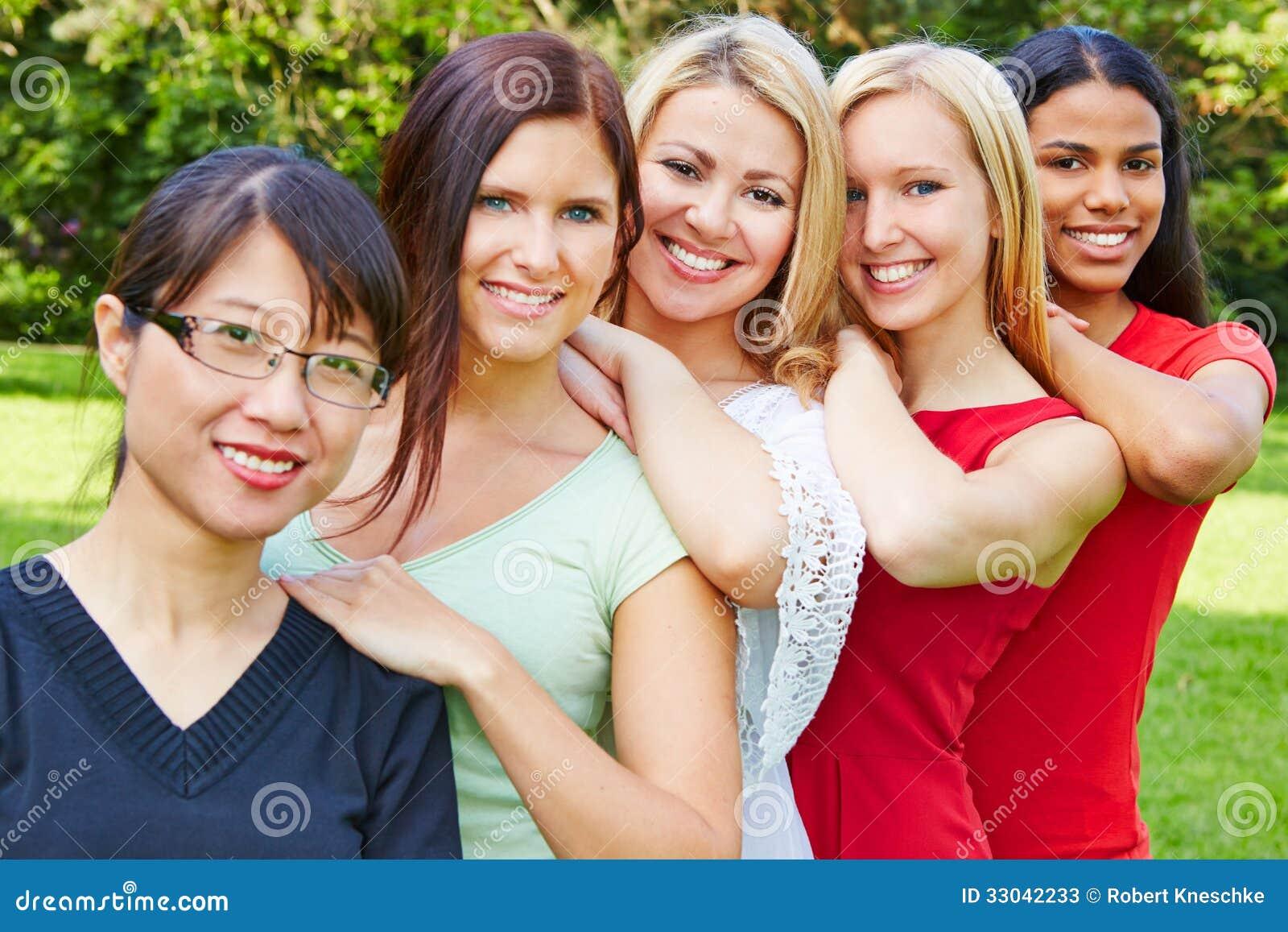 Equipo De Baloncesto De Las Mujeres Imagen De Archivo: Equipo De Mujeres Felices En Naturaleza Fotos De Archivo