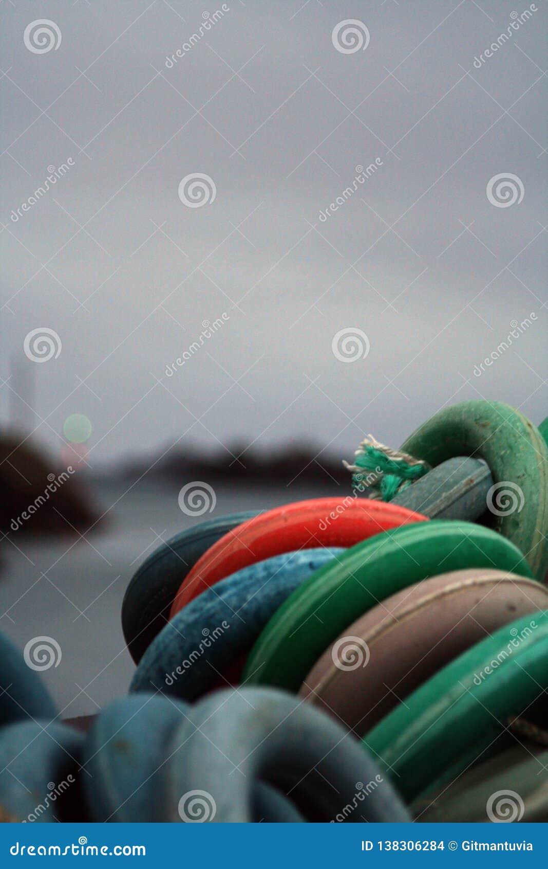 Equipo de pesca en el bote pequeño cerca de Lofoten isla-Noruega