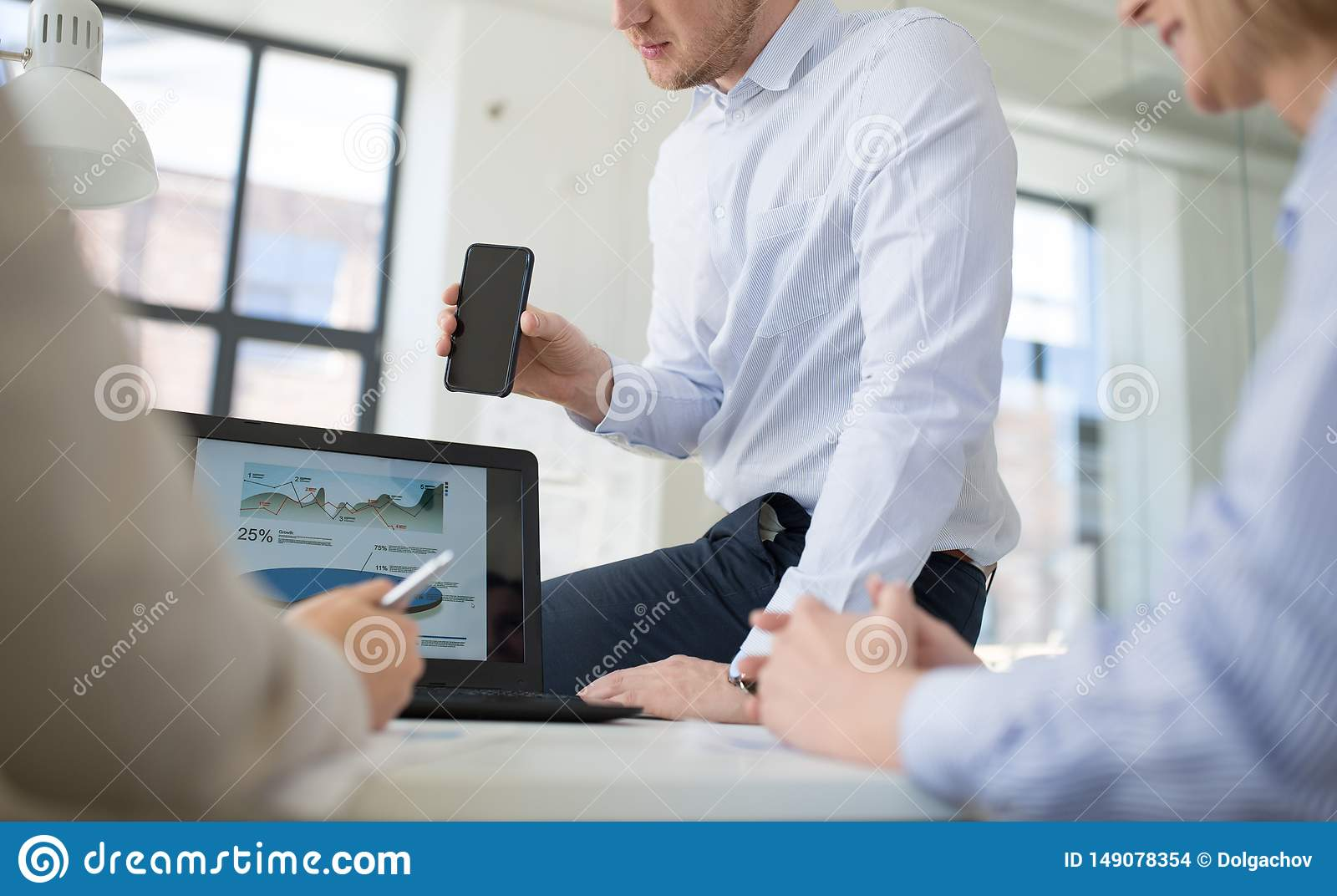Equipo del negocio con el funcionamiento del smartphone en la oficina
