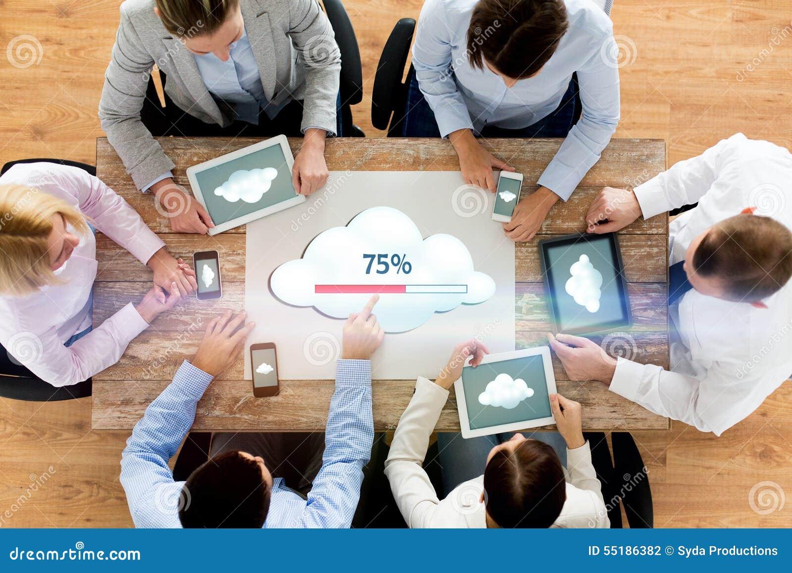 Equipo del negocio con la computación de la nube de los ordenadores