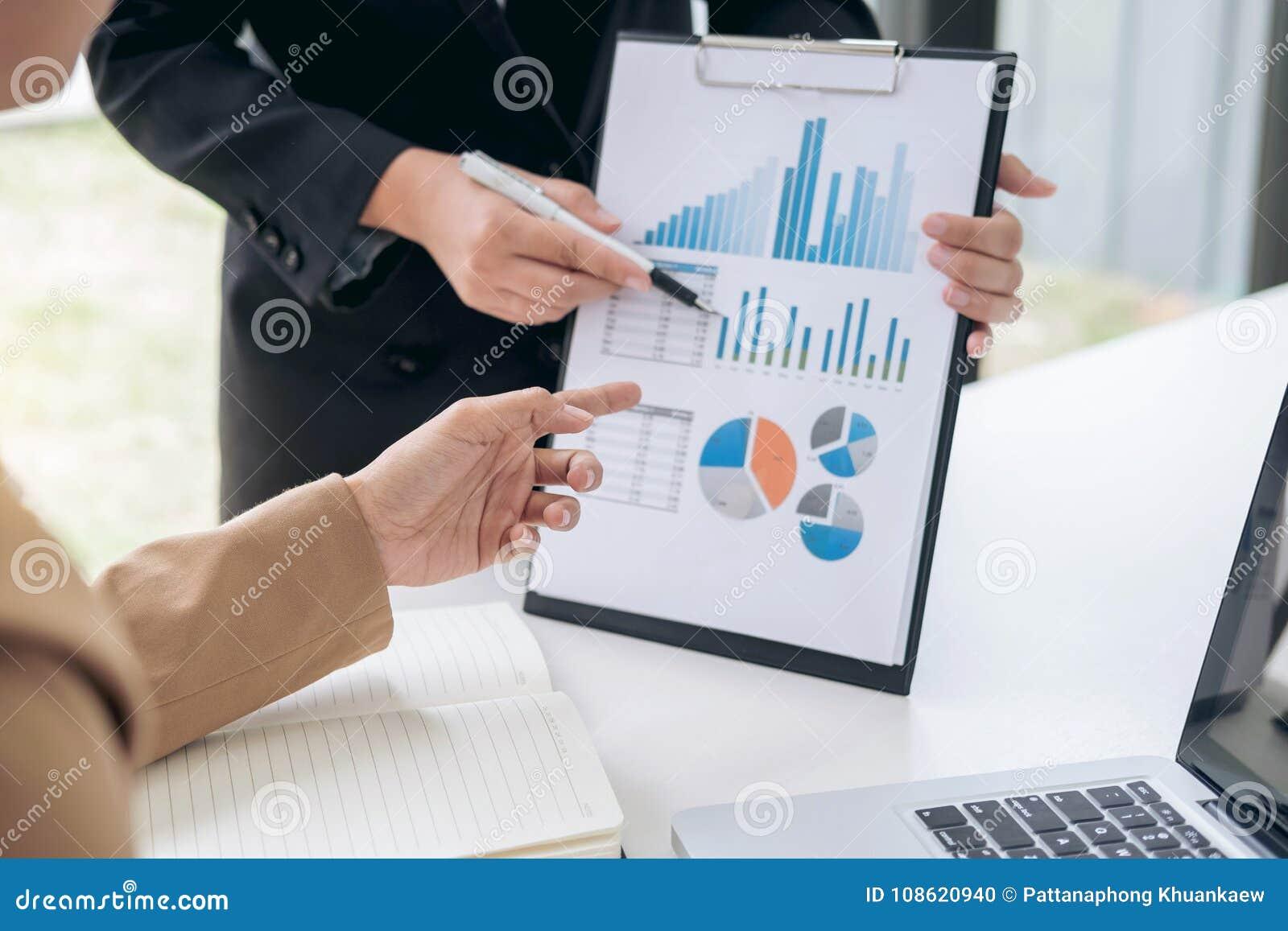 Equipo del negocio que hace frente al presente, colegas del ejecutivo del inversor