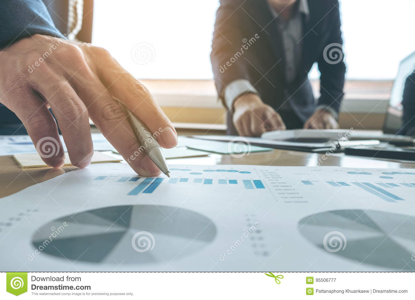 Equipo del negocio que hace frente al presente idea de la presentación de la secretaria nuevos e informe de la fabricación al inv