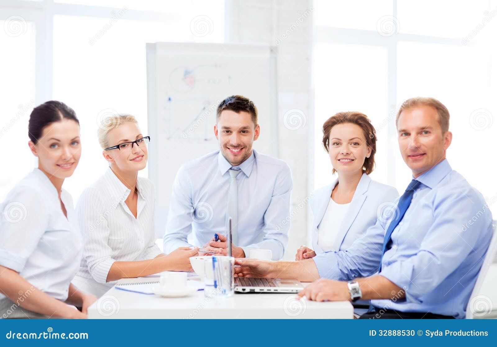 Equipo del negocio que tiene reuni n en oficina foto de for Que tiene una oficina