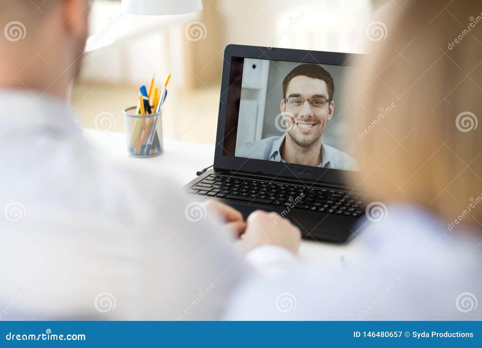 Equipo del negocio que tiene videoconferencia en la oficina
