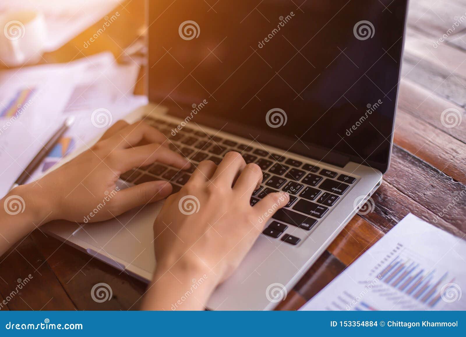 Equipo del negocio que trabaja en el ordenador port?til, mientras que se sienta en la oficina Hombres de negocios