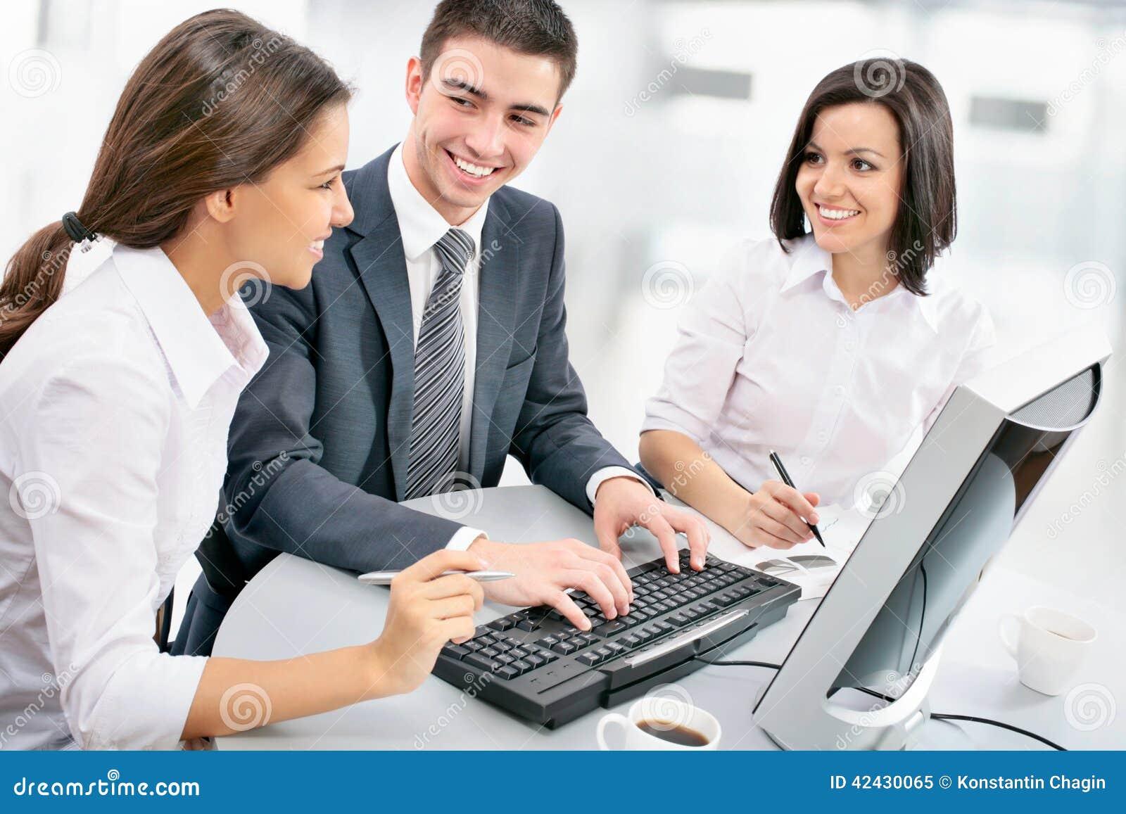 Equipo del negocio que trabaja en su proyecto del negocio