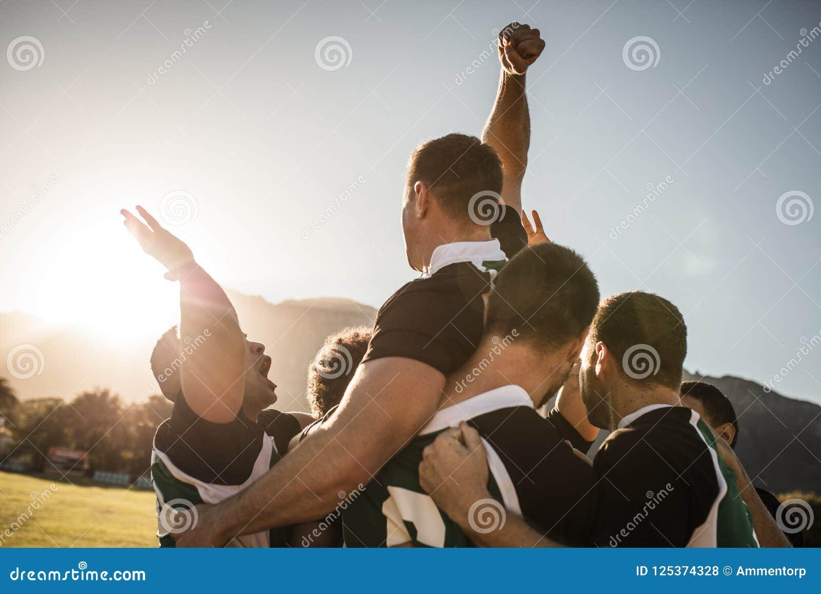 Equipo del rugbi que celebra la victoria