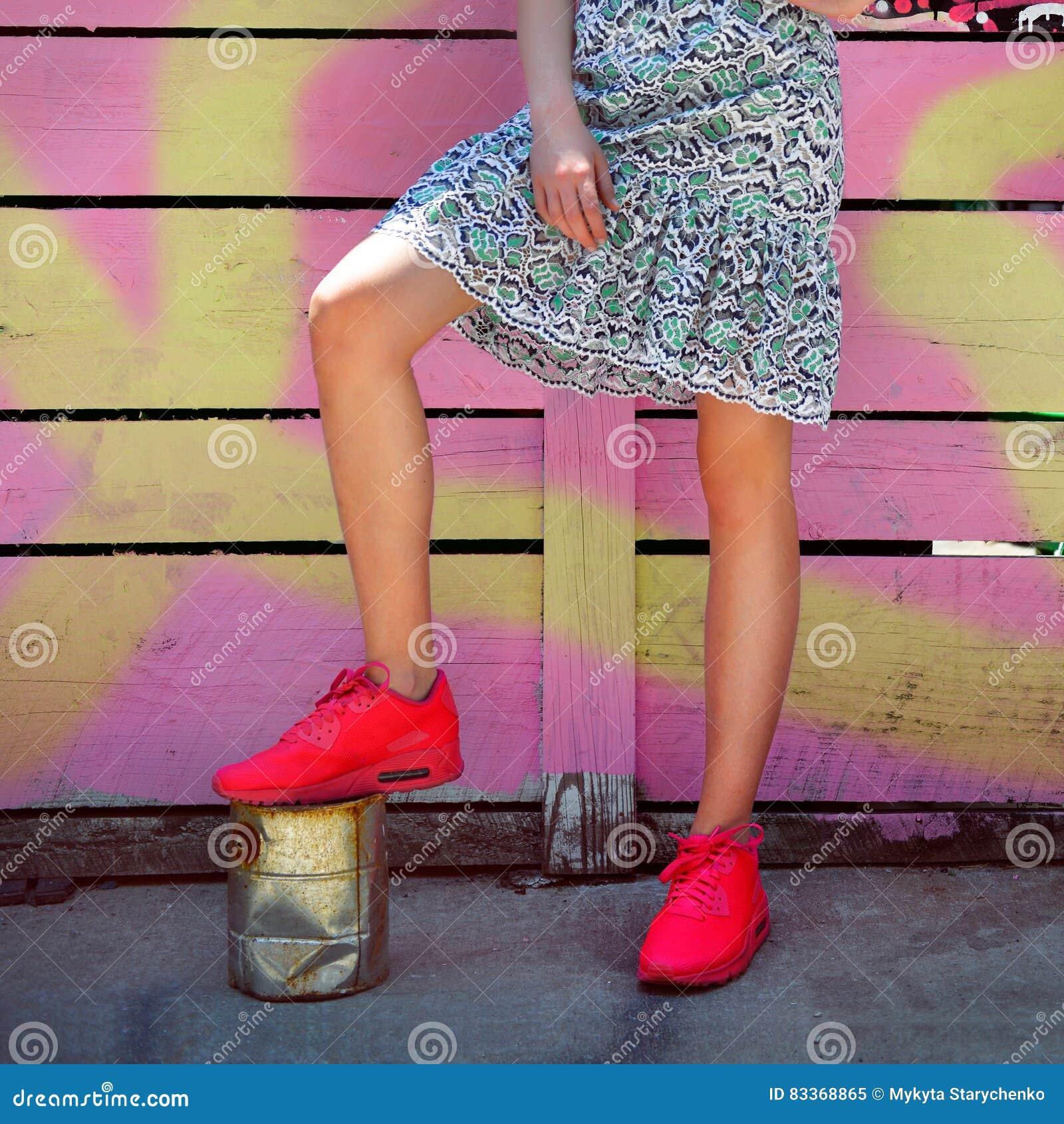8b3bc49d0 Equipo femenino del estilo de la calle de moda con las zapatillas de  deporte y la