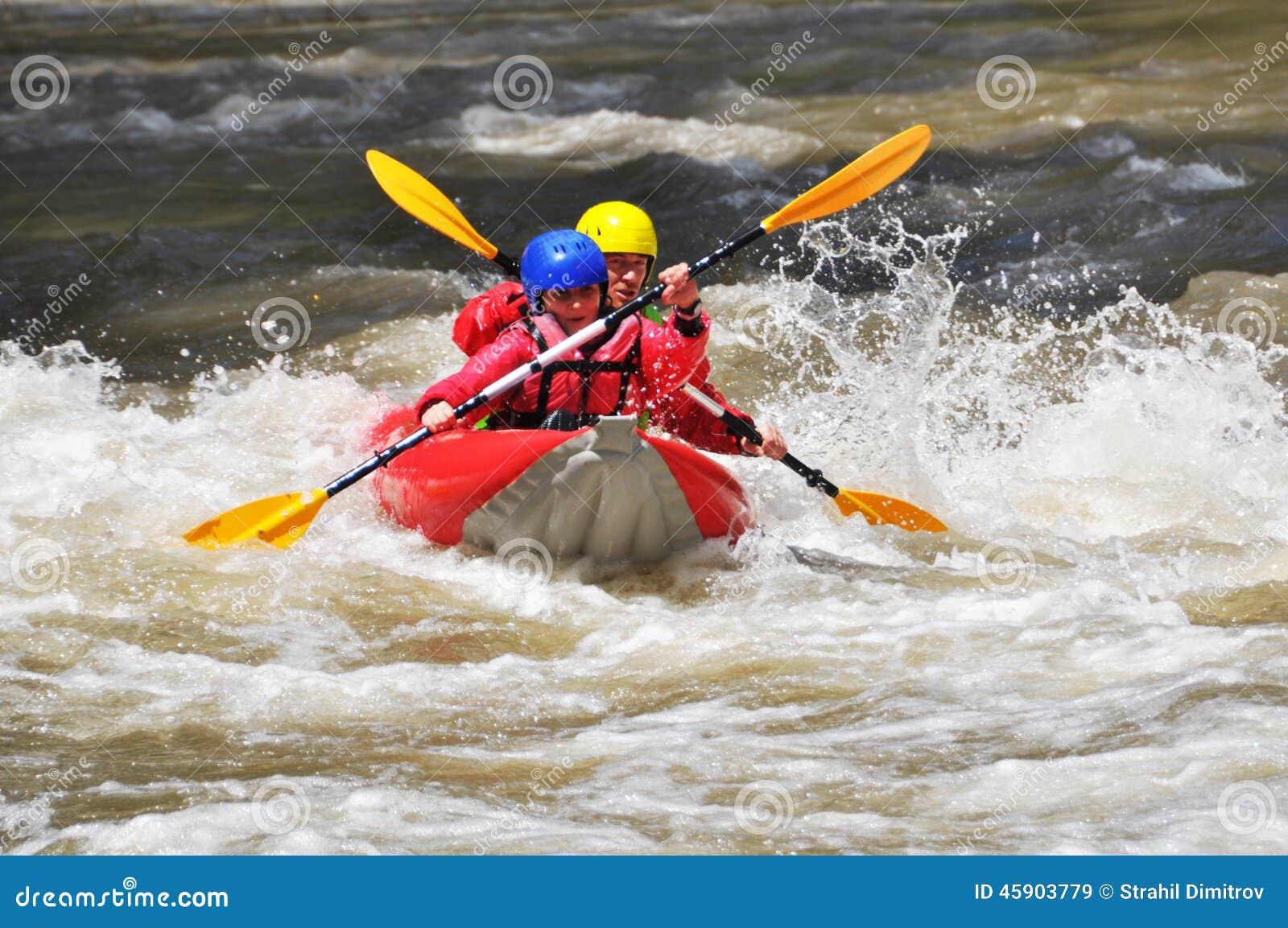 Equipo kayaking como deporte del extremo y de la diversión