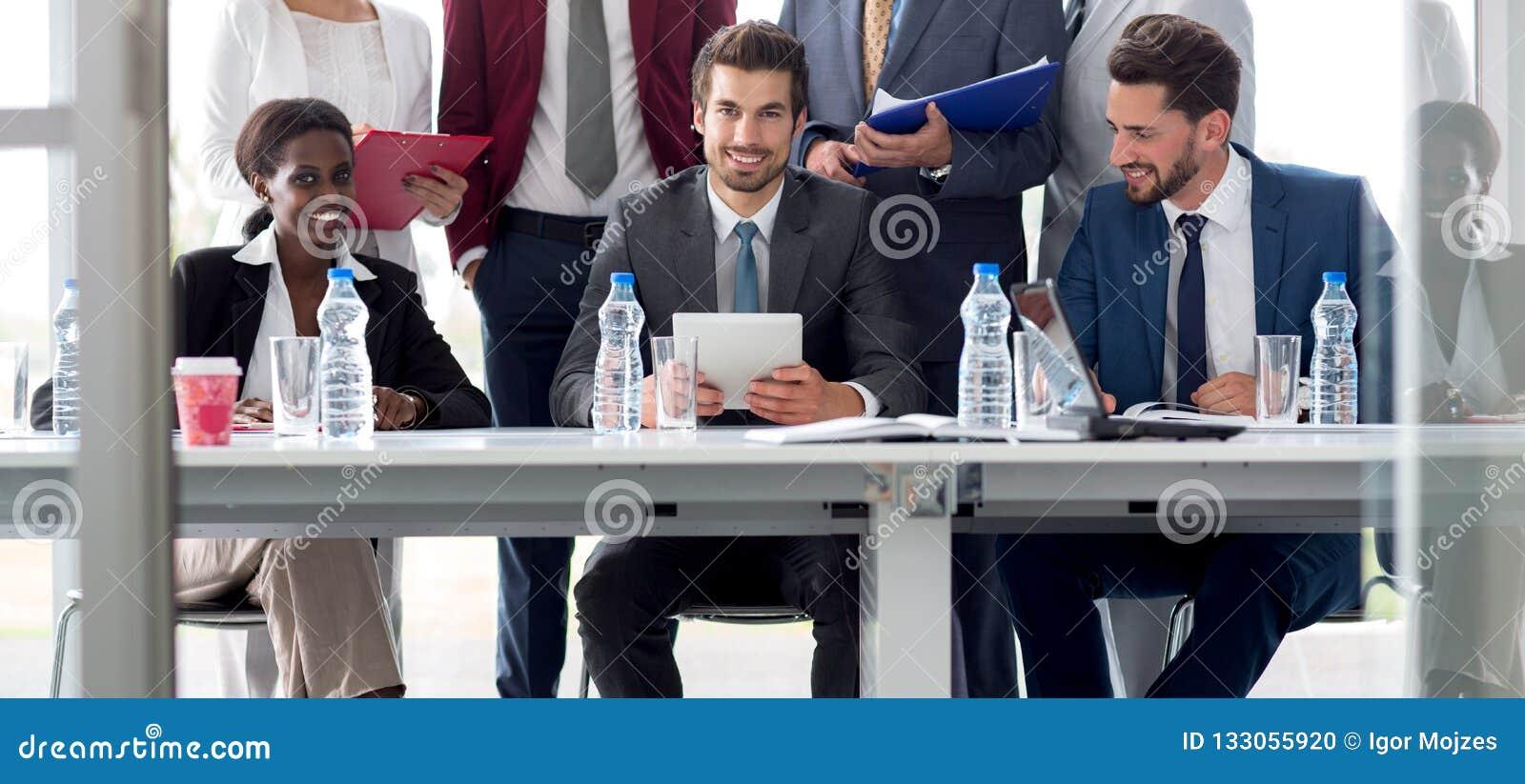 Equipo multiétnico de empleados en la tabla