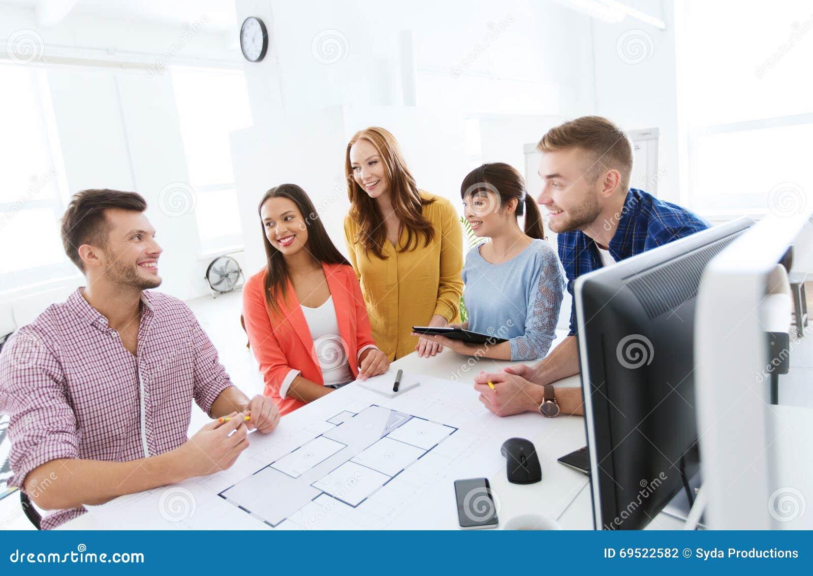 Equipo o estudiantes creativos felices que trabajan en la for Xxx porno en la oficina