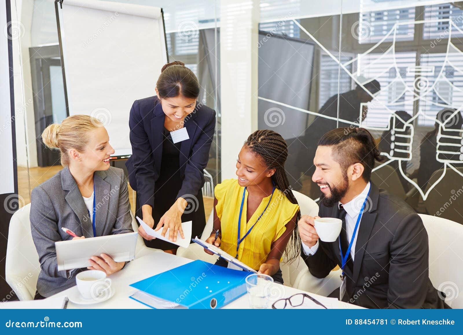 Equipo y consultor en la reunión