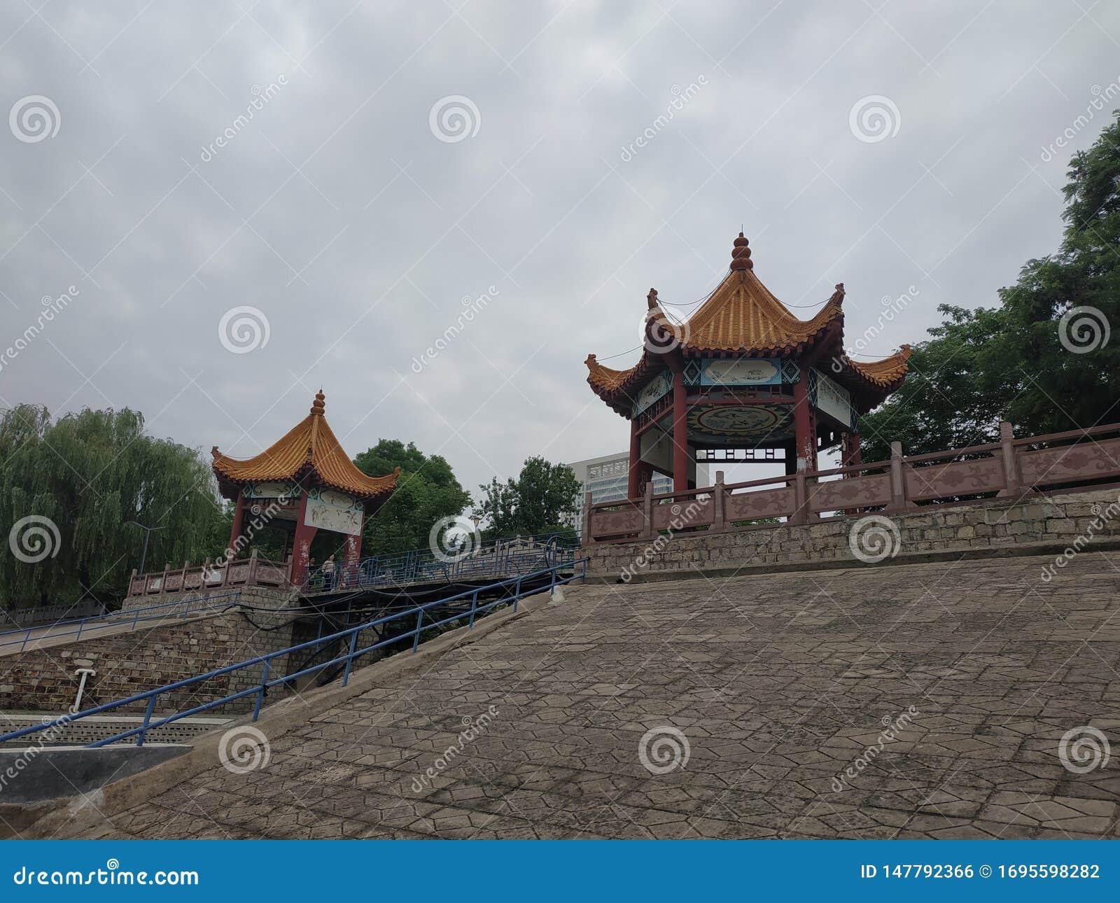 Er zijn twee paviljoenen op de bank van de rivier in het park