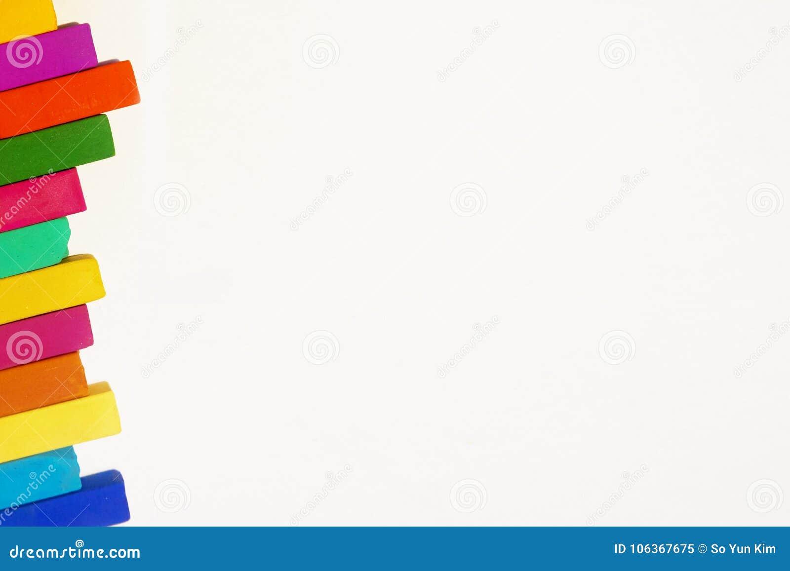 Er zijn zij aan zij vele gekleurde pastelkleuren