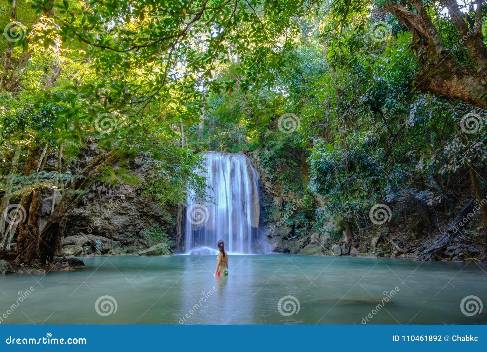 Erawan vattenfall med härligt i nationalpark