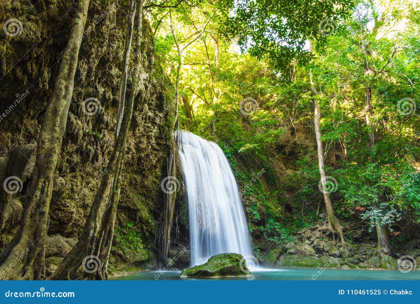 Erawan vattenfall med solljus i morgonen
