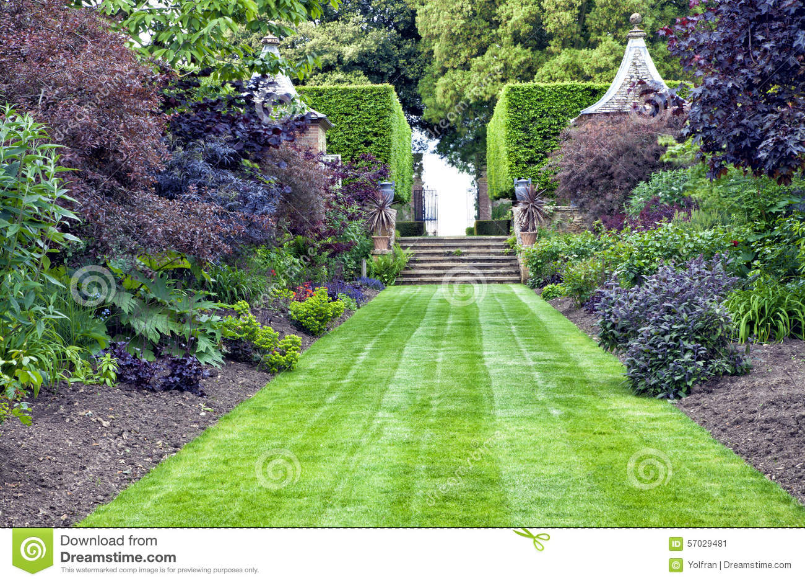 Erba il percorso che conduce per lapidare le scale in un giardino abbellito immagine stock - Scale in giardino ...