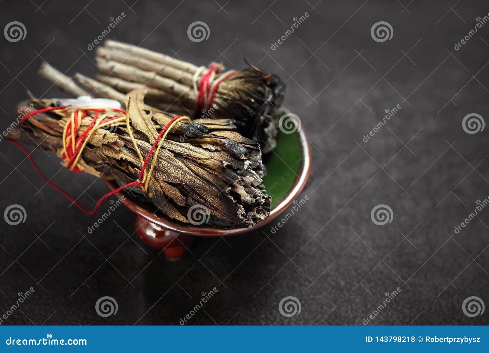 Erbe per purificazione di energia Incenso con le erbe del cedro e della salvia bianca