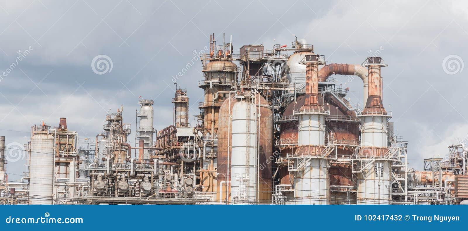 Erdölraffinerie unter bewölktem Himmel in Pasadena, Texas, USA