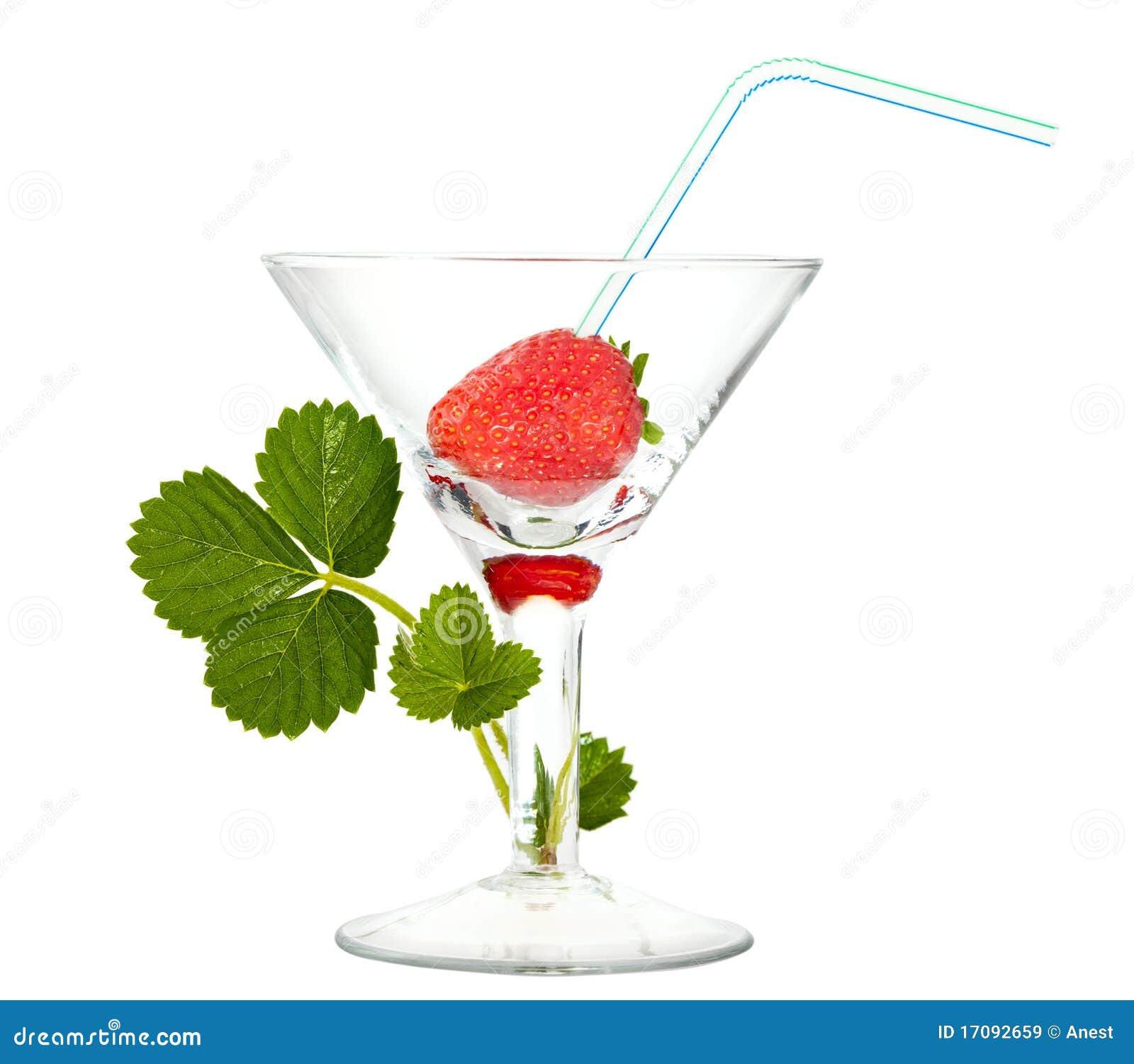 Erdbeere mit Cocktailstroh im Glas und im Sprössling