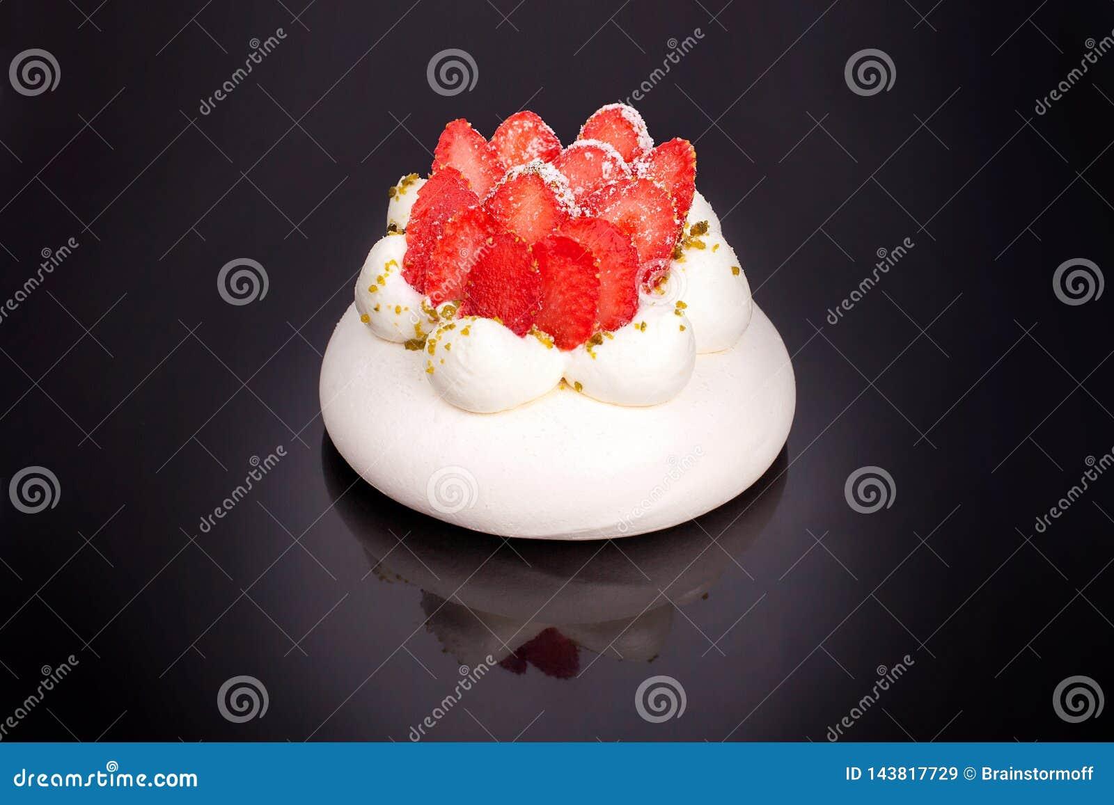 Erdbeere-Pavlova-Kuchen auf schwarzer Hintergrund lokalisiertem Abschluss herauf Draufsicht