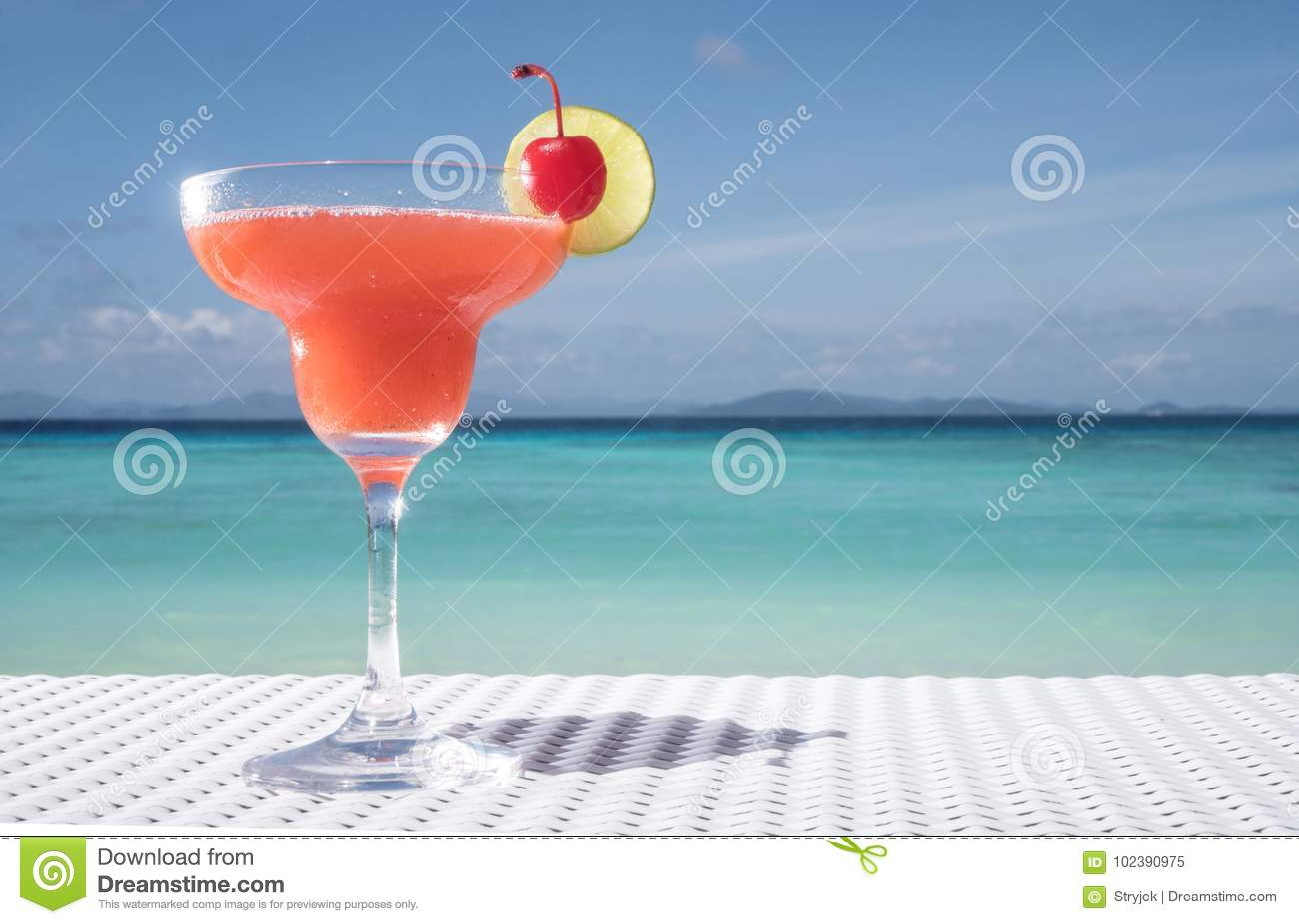 Erdbeeredaiquiricocktail auf dem Tisch am Strandrestaurant