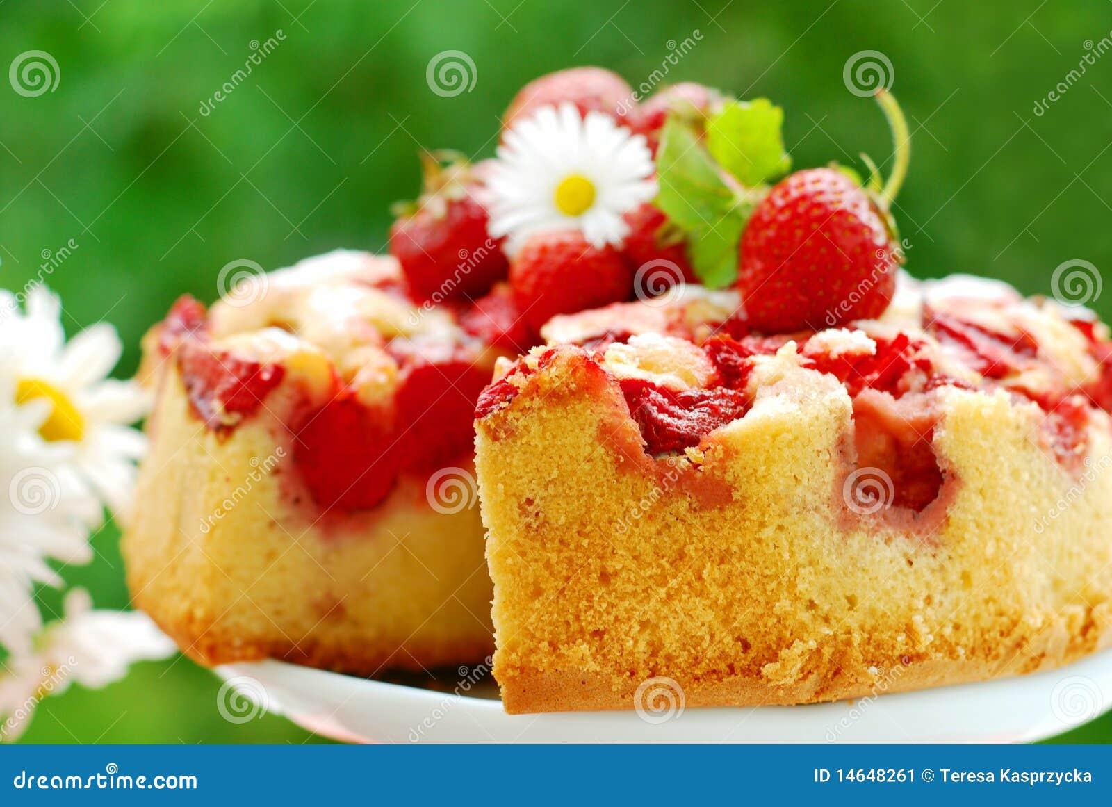 Erdbeerekuchen auf Tabelle im Garten