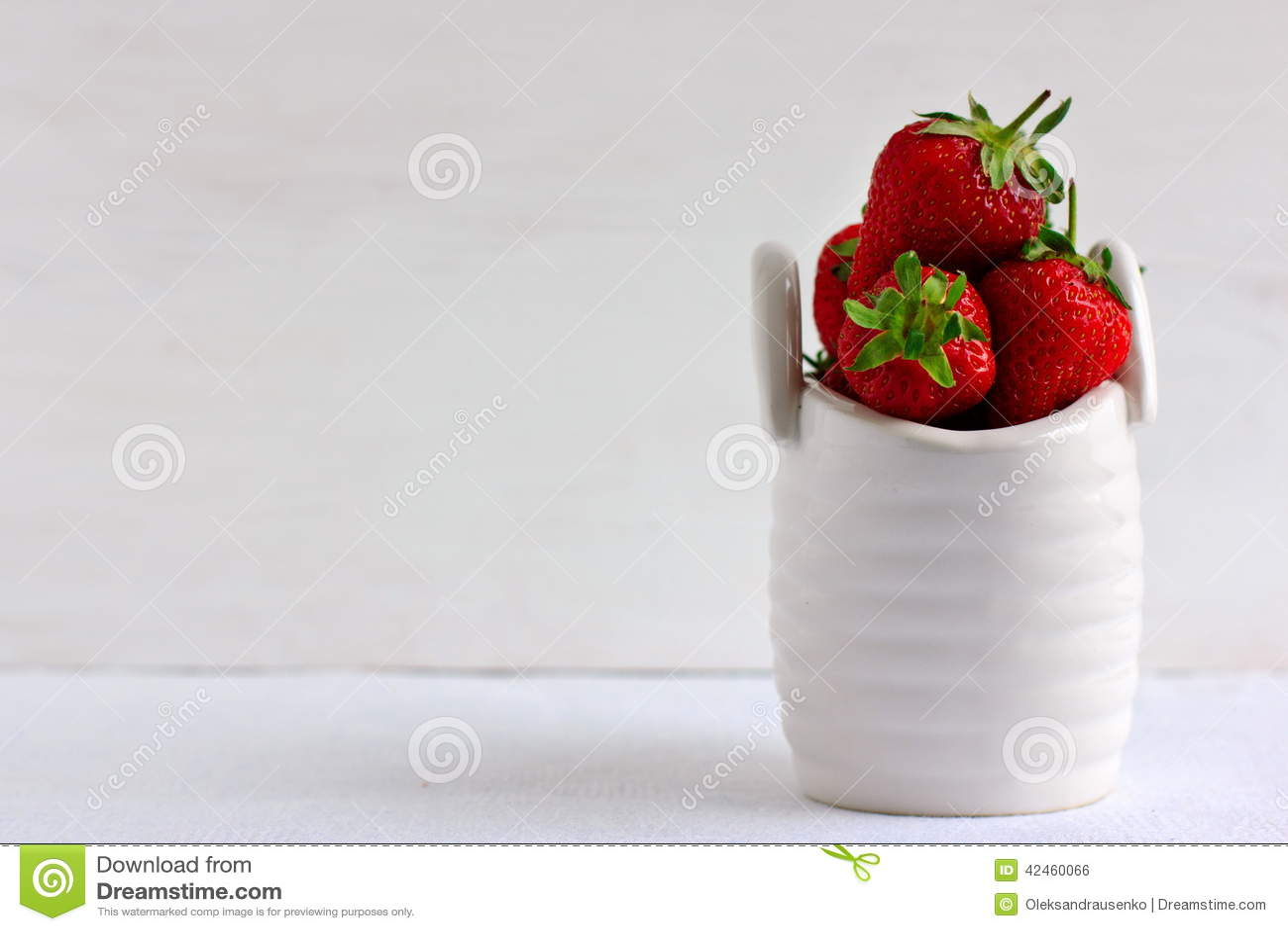 Erdbeeren im keramischen Korb