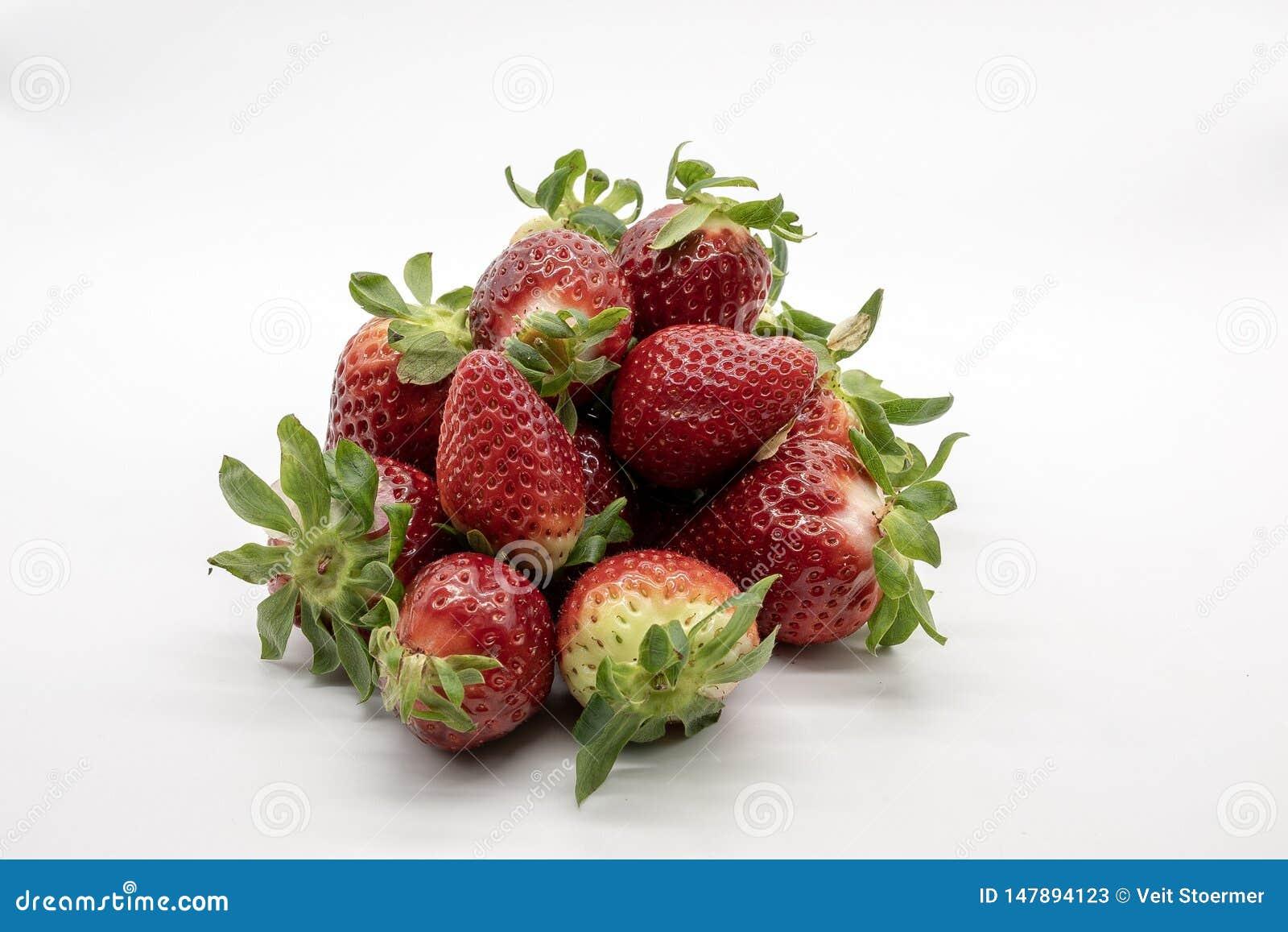 Erdbeeren, lokalisiert auf weißem Hintergrund