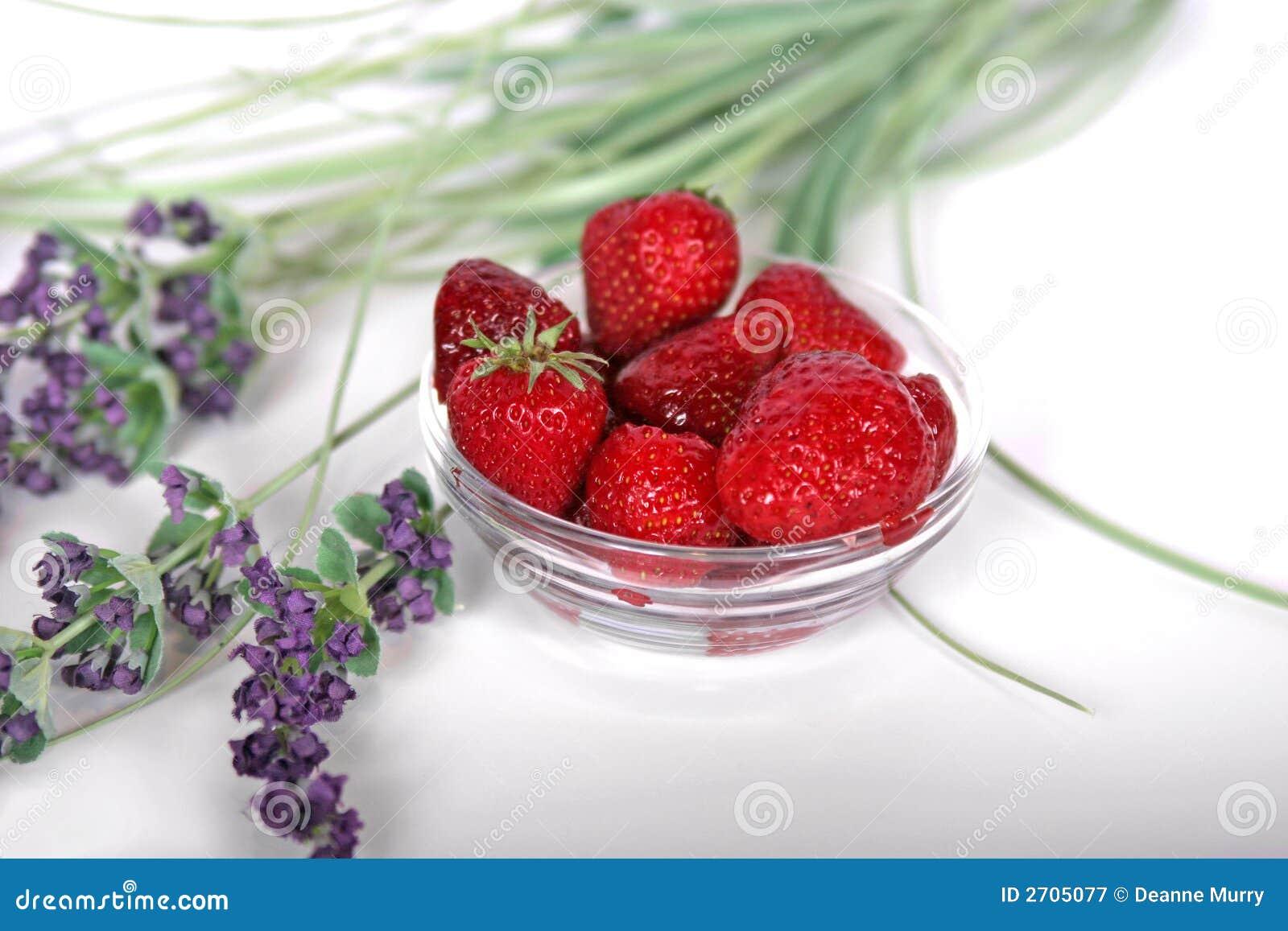 erdbeeren und lavendel stockbild bild von gesund erdbeeren 2705077. Black Bedroom Furniture Sets. Home Design Ideas